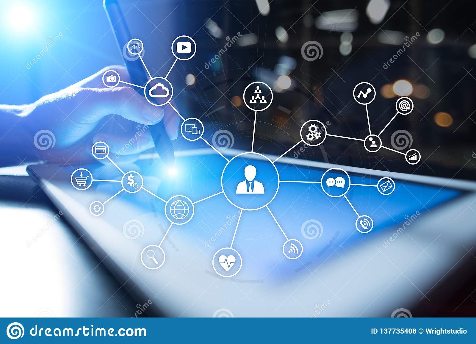 Sociaal media netwerk en marketing concept op het virtuele scherm De bedrijfstechnologie van Internet en SMM