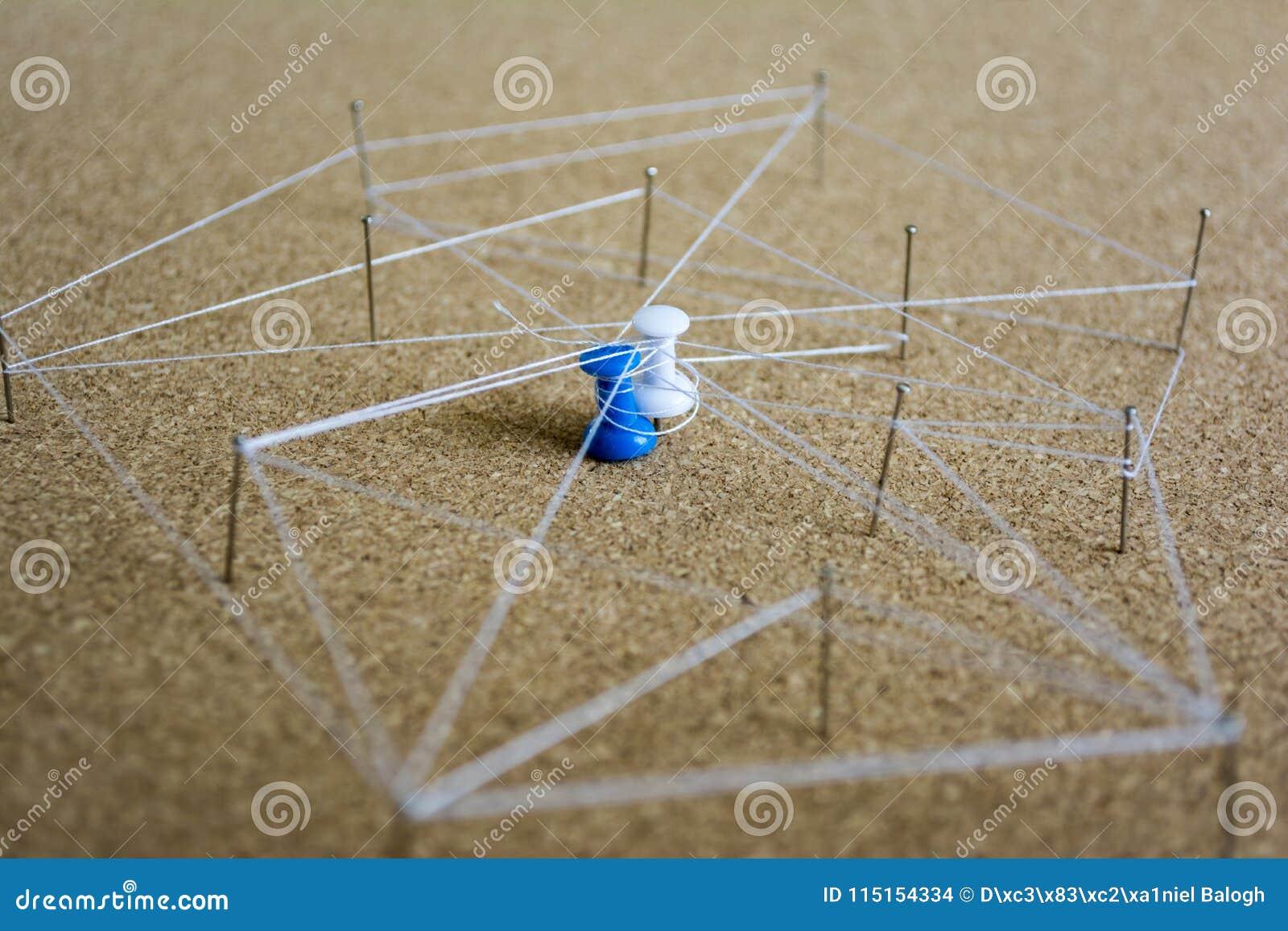 Social Media-Verbindungskonzept Illustration mit den Stiften und verdrehtem Garn, zum von Verbindungen zwischen Leuten darzustell