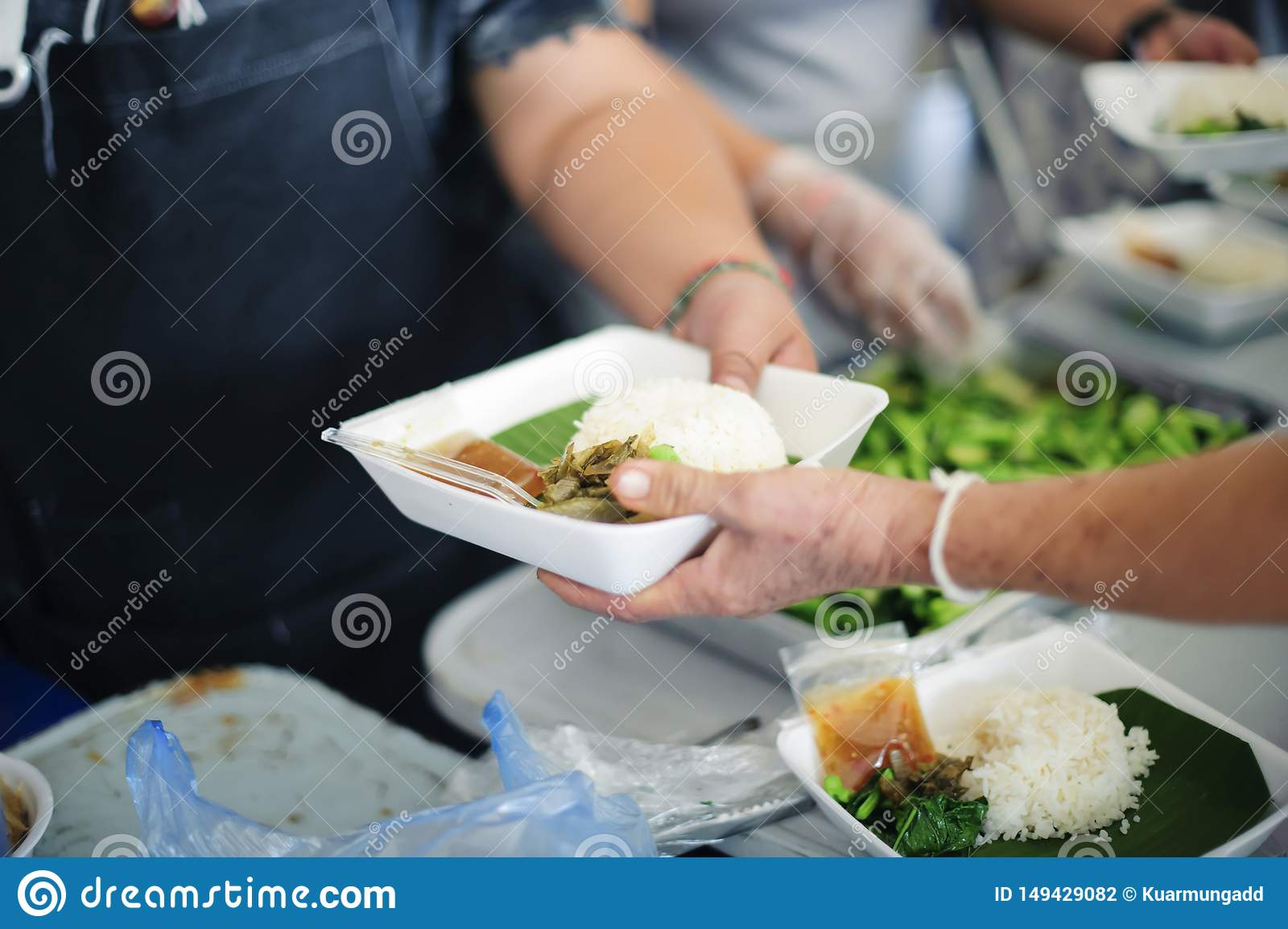 Social Problems of Poverty Helped by Feeding : Concepts problems of life the poor : Volunteers Share Food to the Poor to Relieve