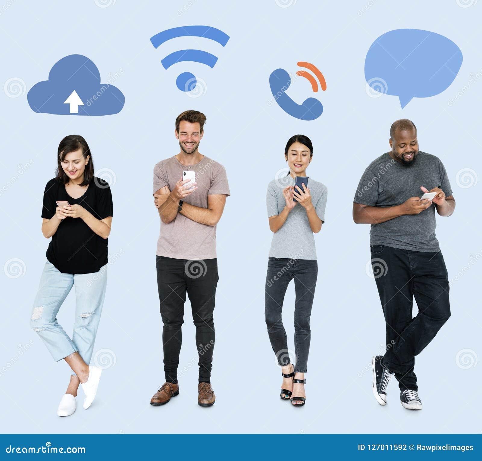 Sociale media gewijde mensen die hun telefoons met behulp van