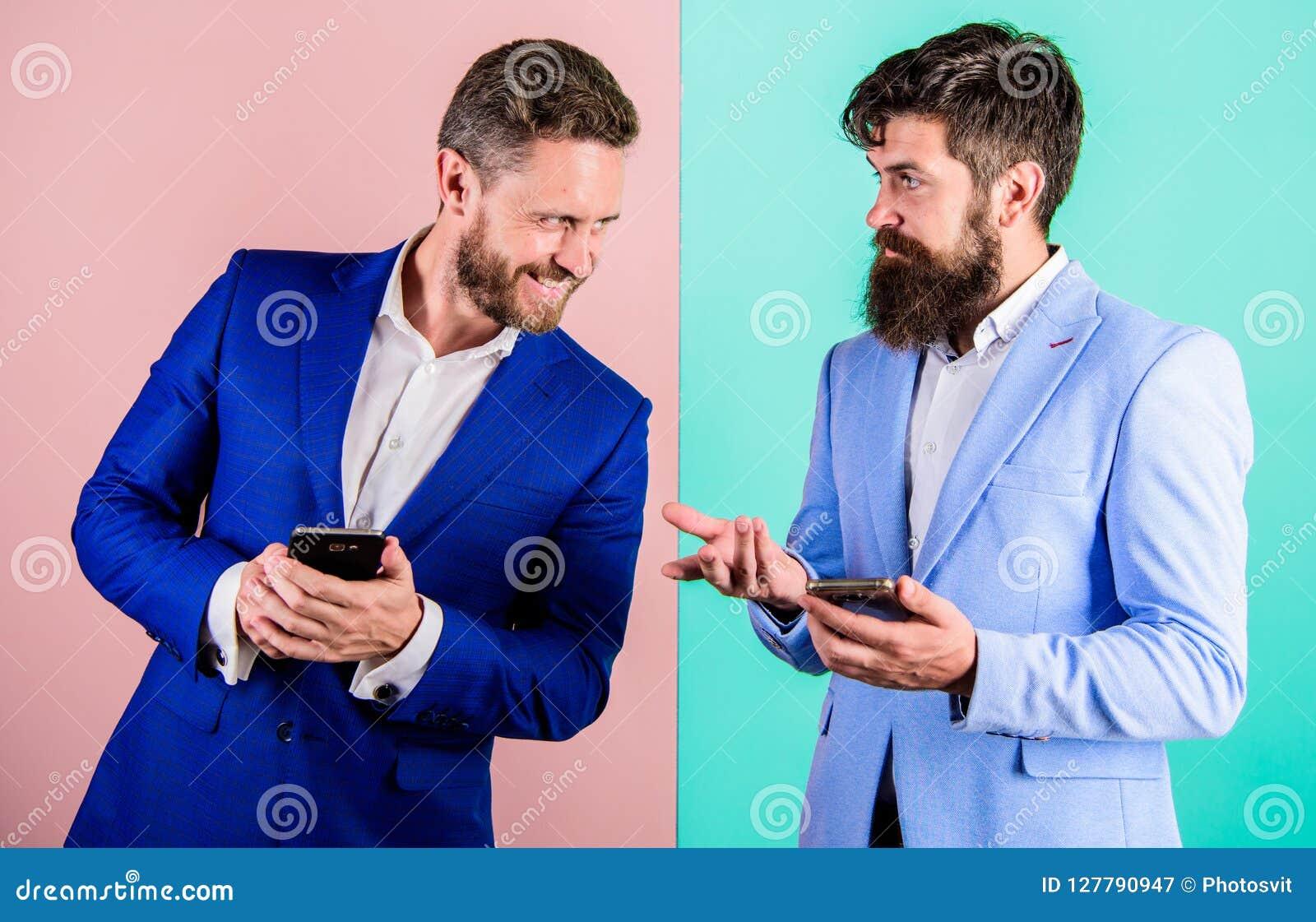 Sociale media Marketing Tegenwoordig heeft iedereen moderne gadgetsmartphone met online toegang nodig De bedrijfsmensen gebruiken