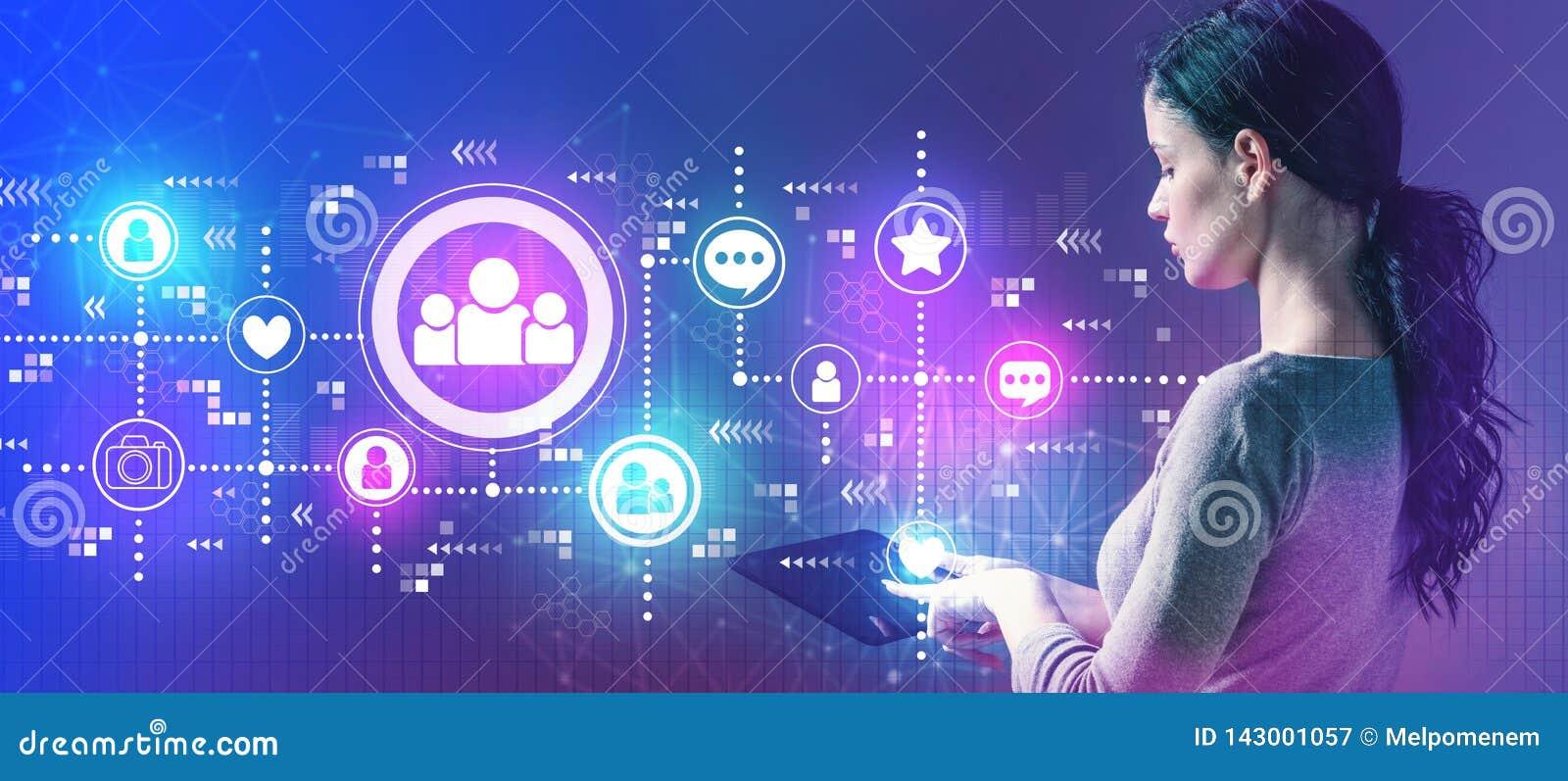 Socialt massmedia med kvinnan som använder en minnestavla
