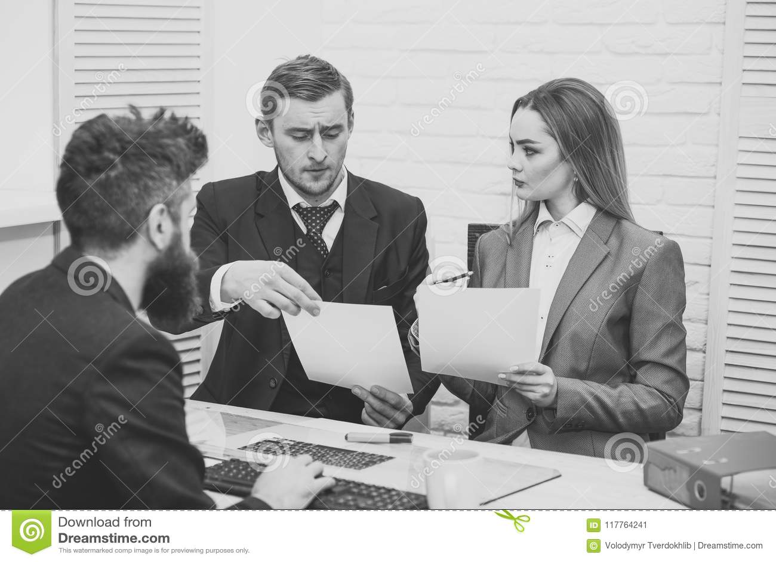 Socios comerciales, hombres de negocios en la reunión, fondo de la oficina Concepto de las negociaciones del negocio Negociacione
