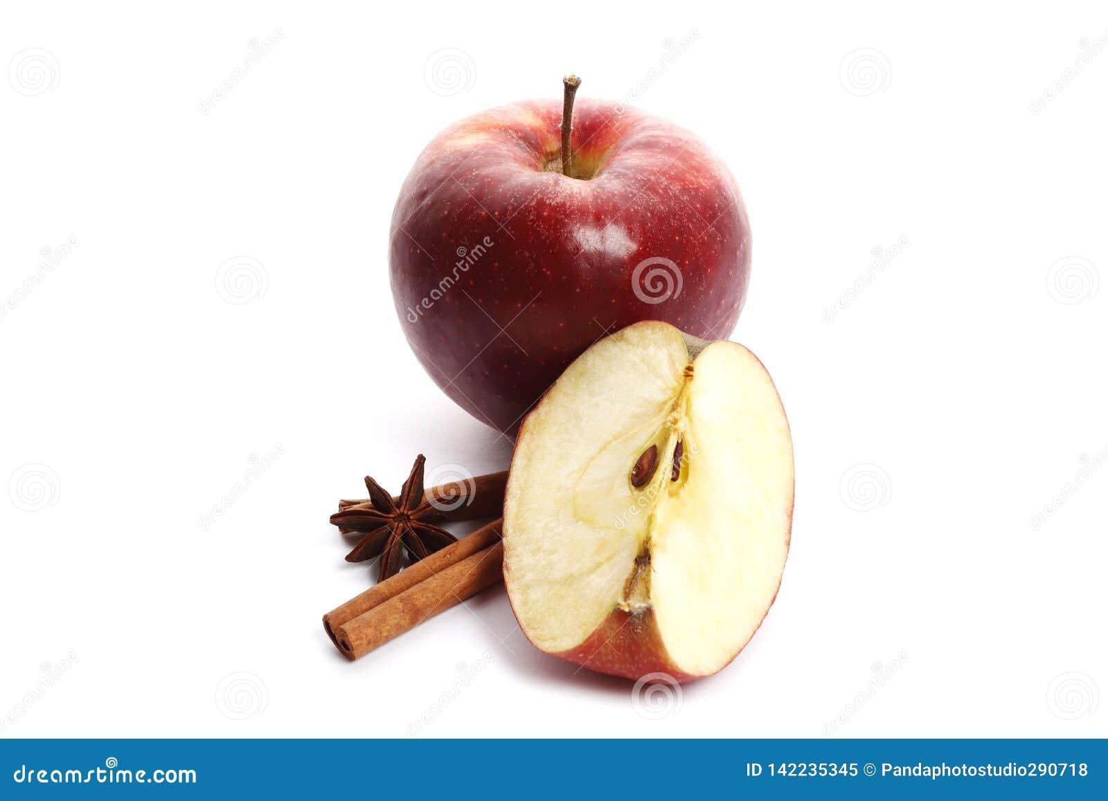 Soczyści dojrzali jabłka z cynamonem i gwiazdowym anyżem odizolowywającymi na białym tle