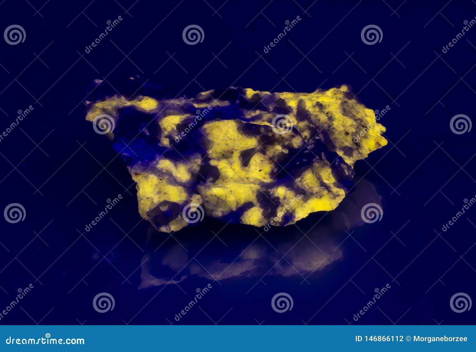 Sodalite - Wernerite fluorescencyjna kopalina pod ULTRAFIOLETOWYM światłem