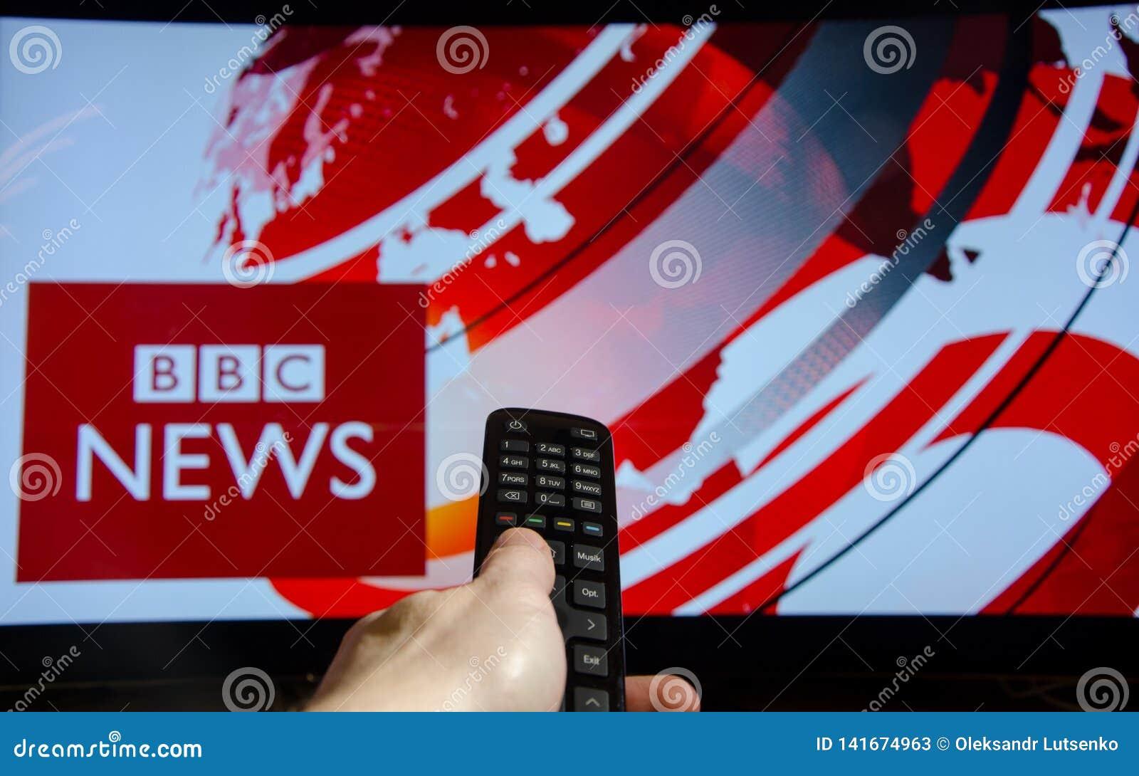 Soest, Alemania - 14 de enero de 2018: BBC News de observación del hombre en la TV El BBC News es una división operativa del nego