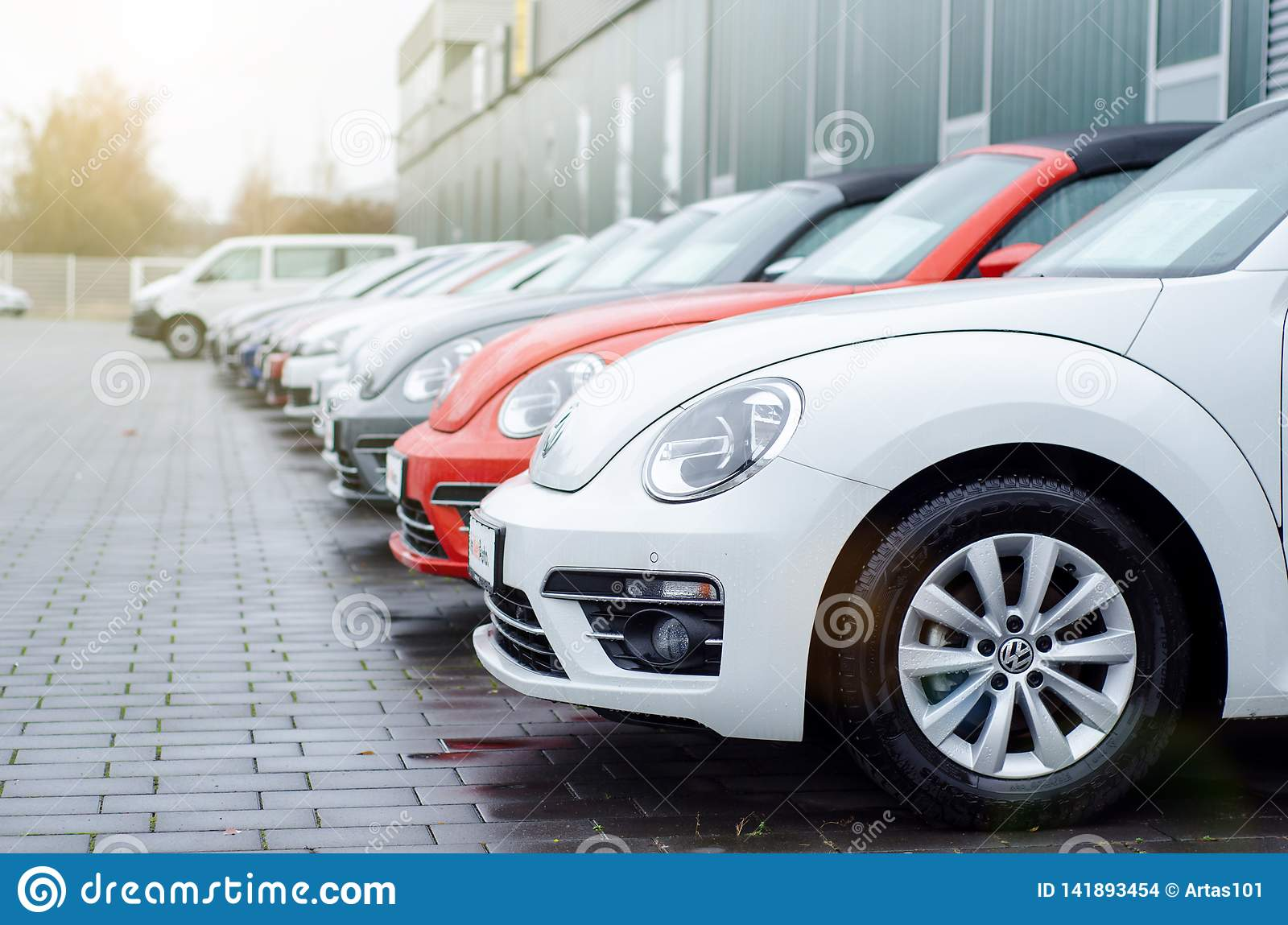 Soest, Alemania - 1 de enero de 2019: Nuevo Volkswagen en la sala de exposición del coche