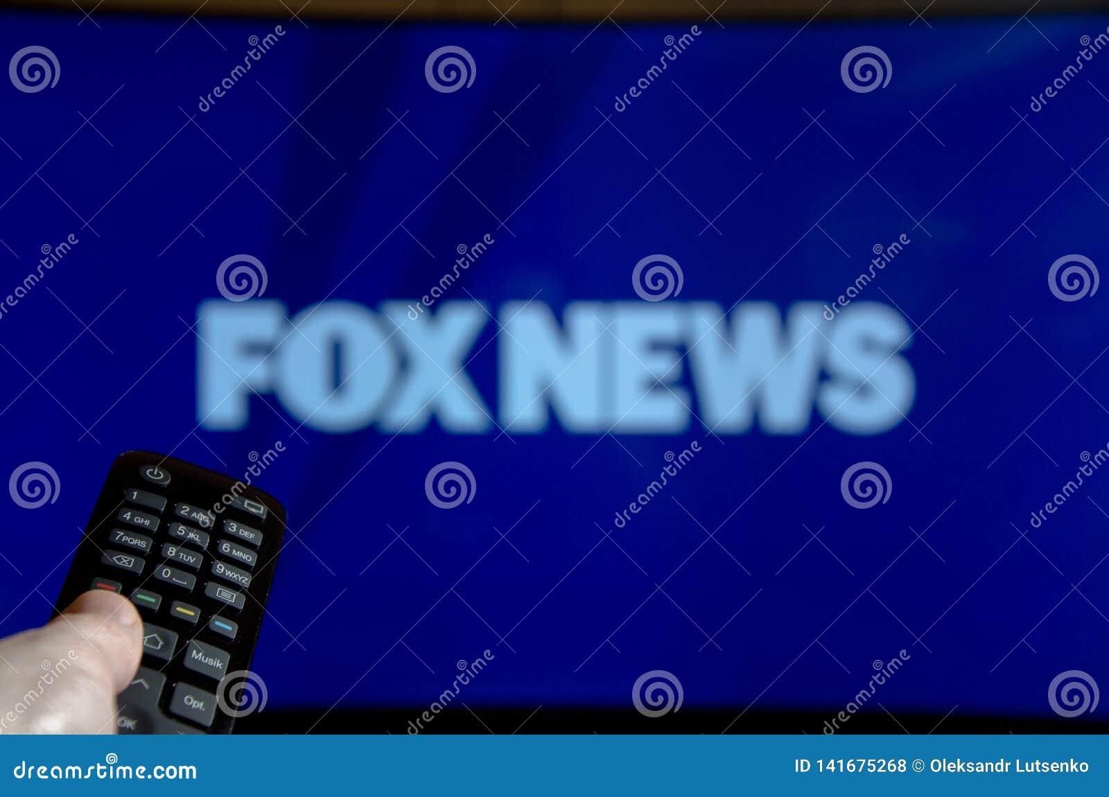 Soest Tyskland - Januari 14, 2018: Man som håller ögonen på Fox News på TV Fox News är en amerikansk grundläggande kabel och en s