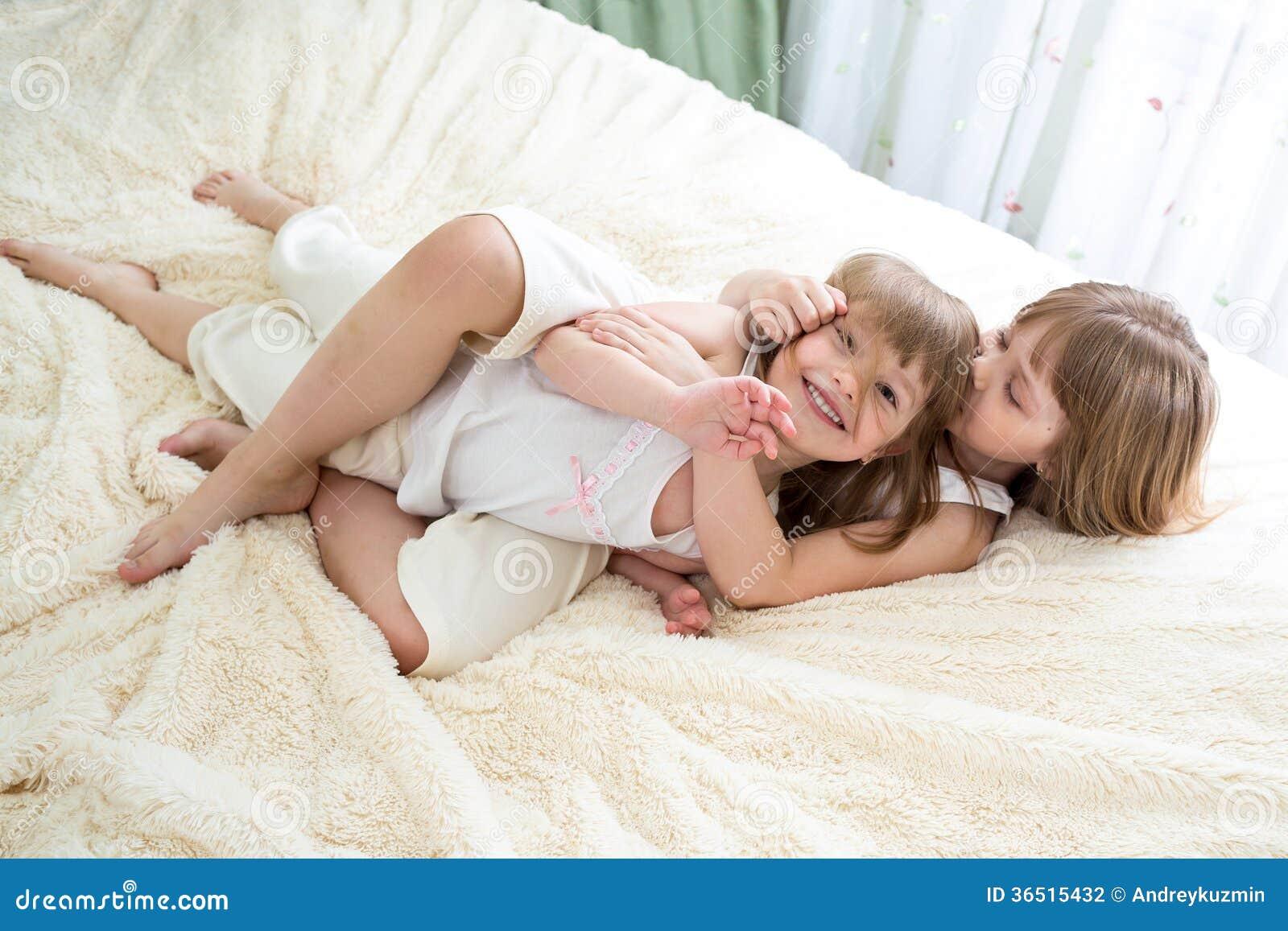 Soeurs heureuses de petites filles étreignant et embrassant