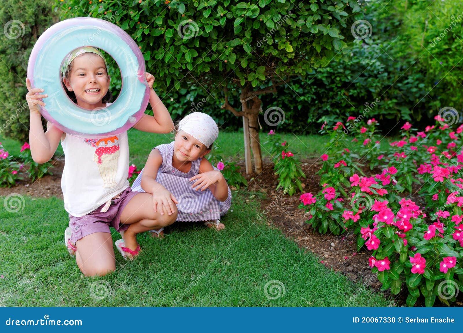 Soeurs jouant dans le jardin