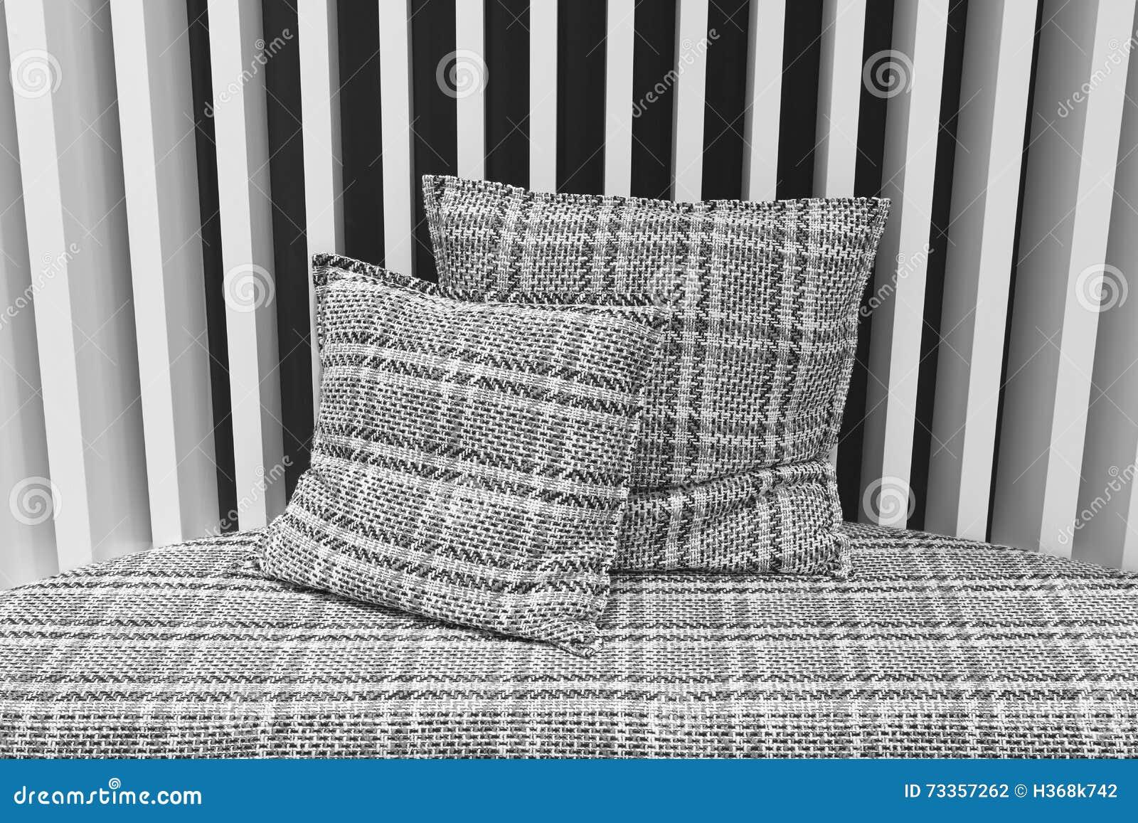 Pareti Con Foto In Bianco E Nero : Sofà con i cuscini e la parete in bianco e nero fotografia stock