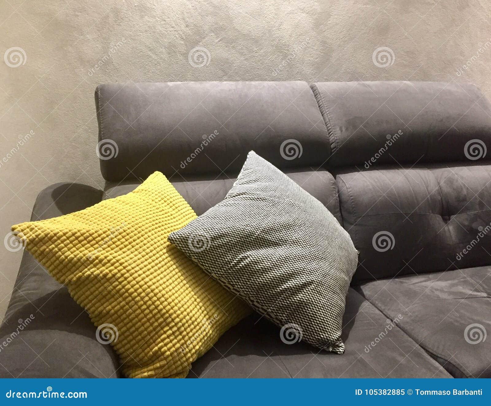 Cuscini Gialli.Sofa Con I Cuscini Gialli E Grigi Immagine Stock Immagine Di