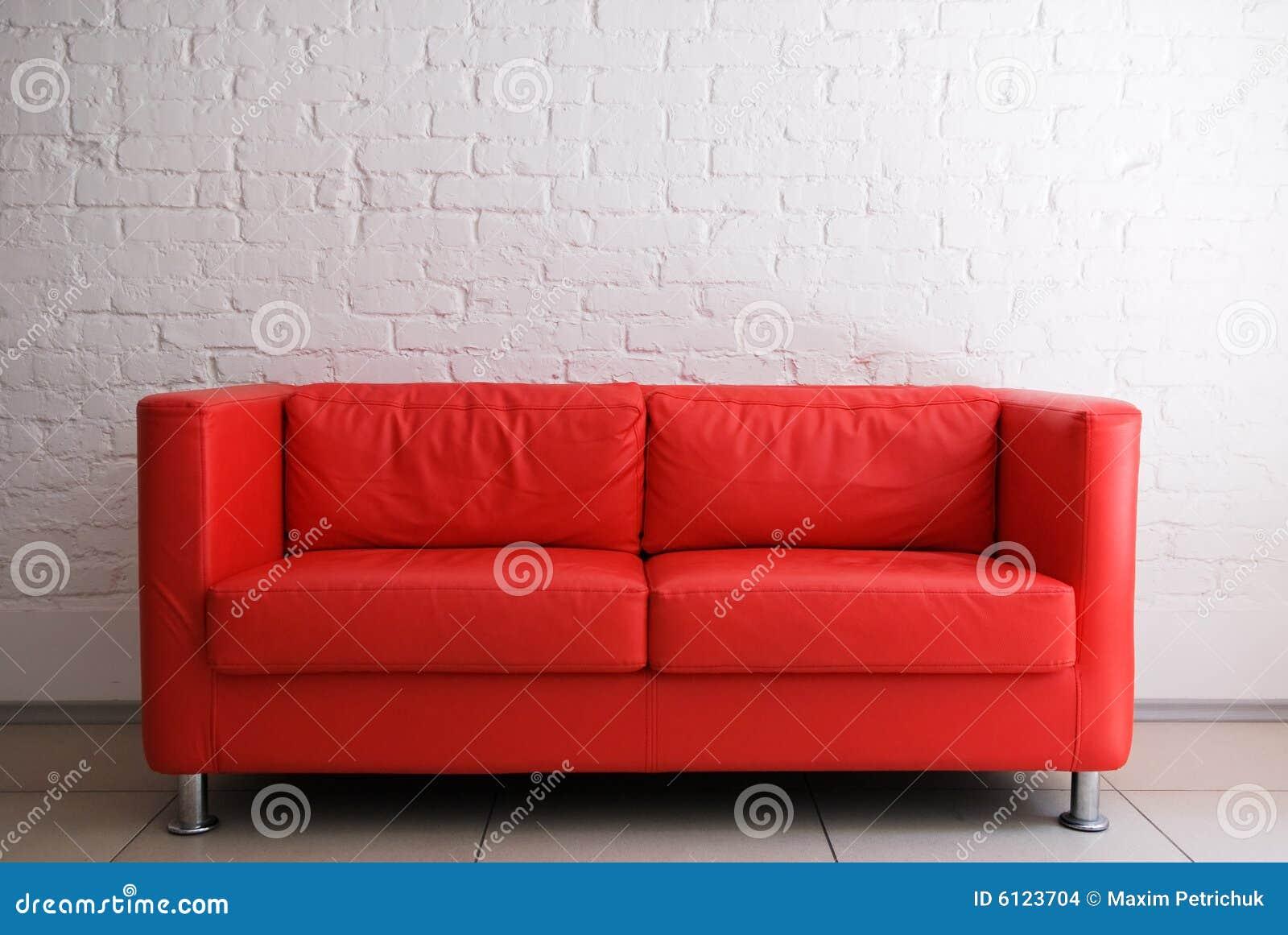 Sofà e muro di mattoni rossi