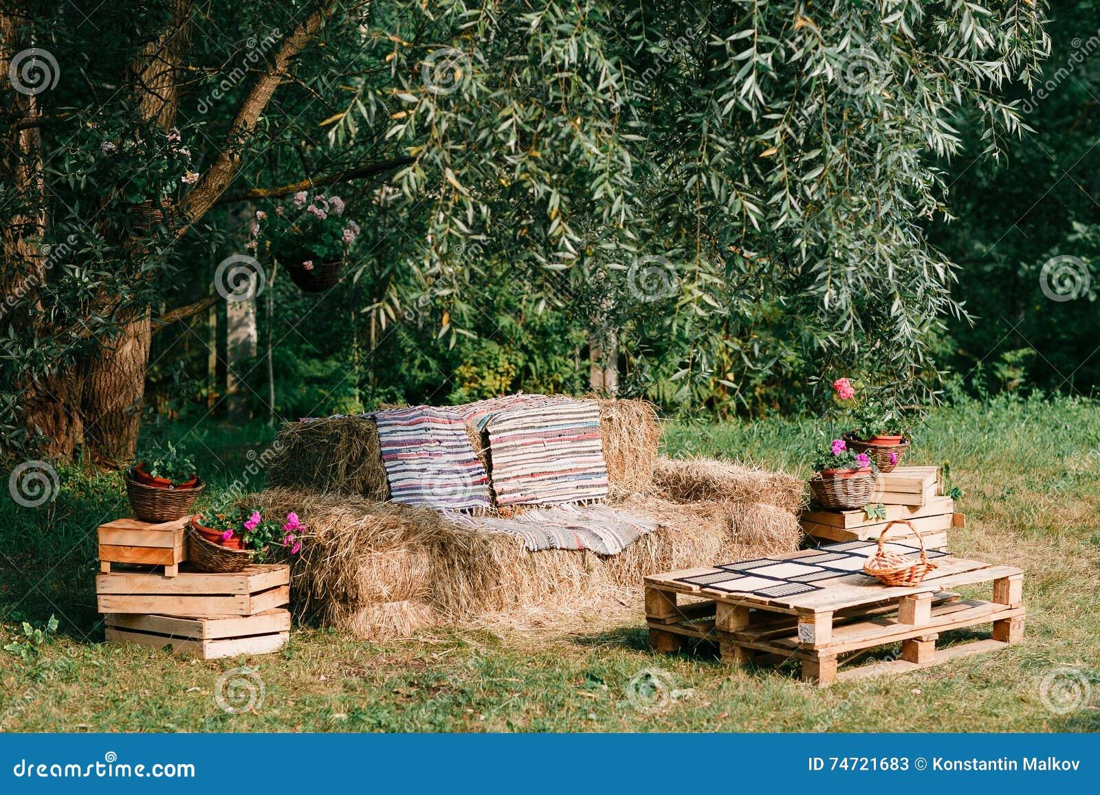 Sofà fatto da paglia, mobilia all aperto, partito del cowboy di legno di un pallet