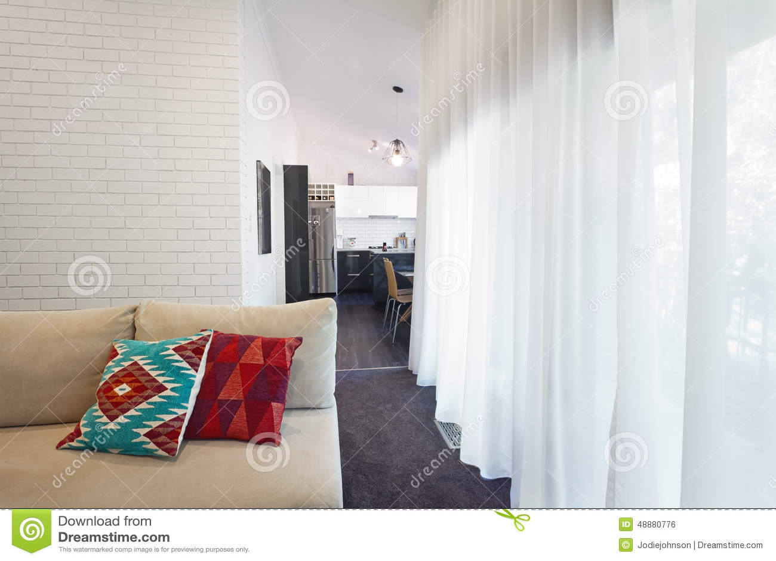 Sof moderno del salone e tende pure orizzontali for Tende salone moderno