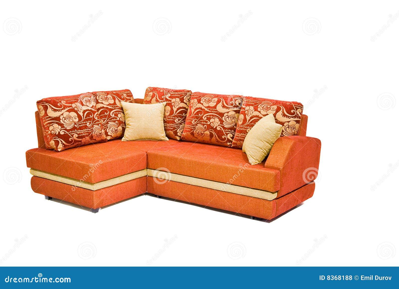 Sofá anaranjado moderno aislado en blanco