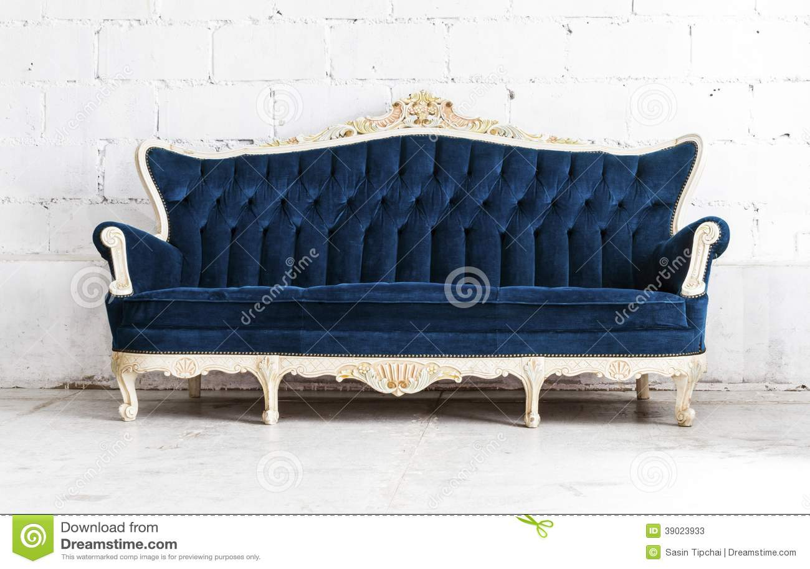 Sof cl sico azul del sof del estilo en sitio del vintage for Sofas de estilo clasico