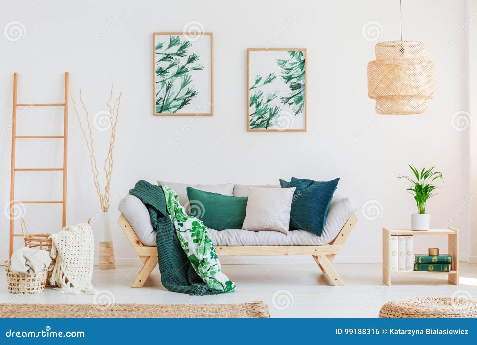 Sofá en sala de estar neutral