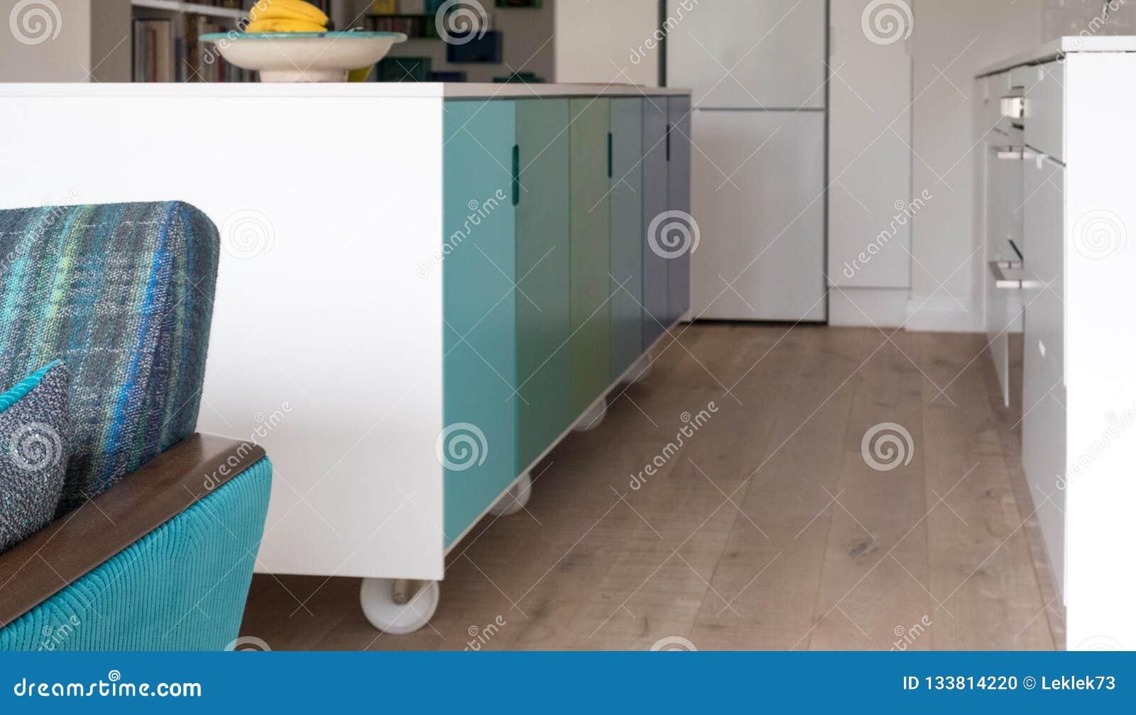 Sofá retro del salón del estilo con la isla de cocina colorida en fondo
