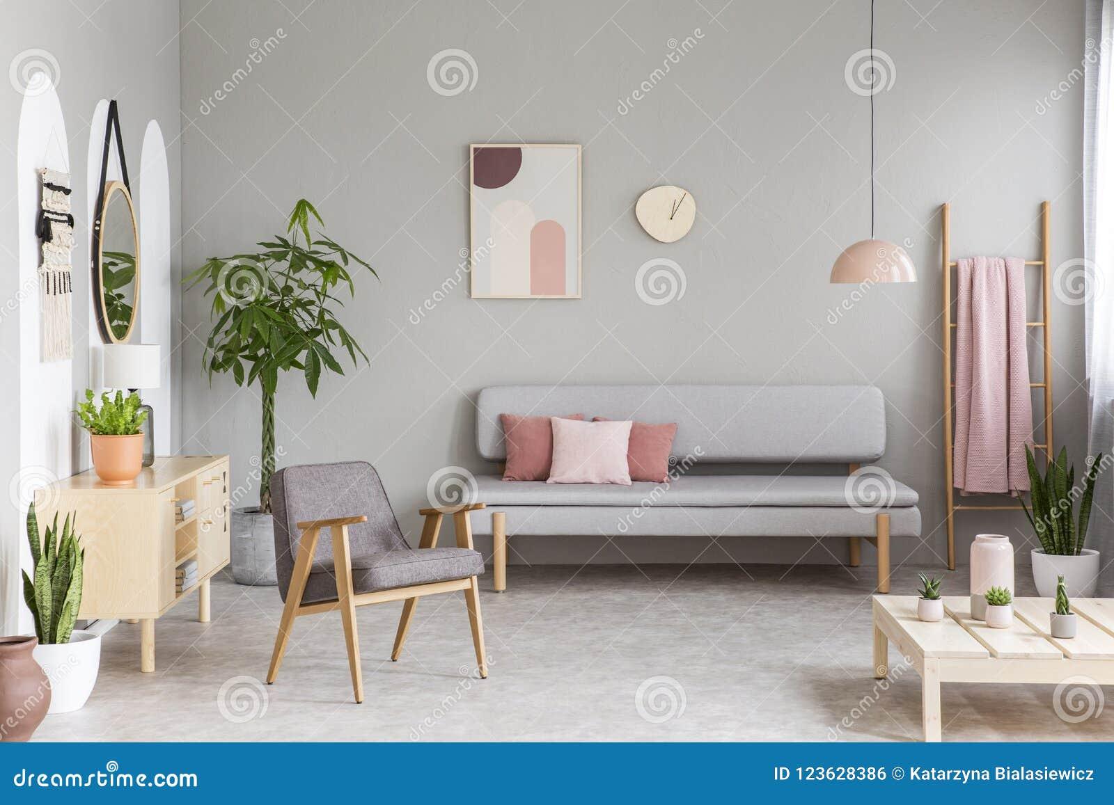 Sofa Avec Des Coussins De Rose En Pastel En Vraie Photo De ...
