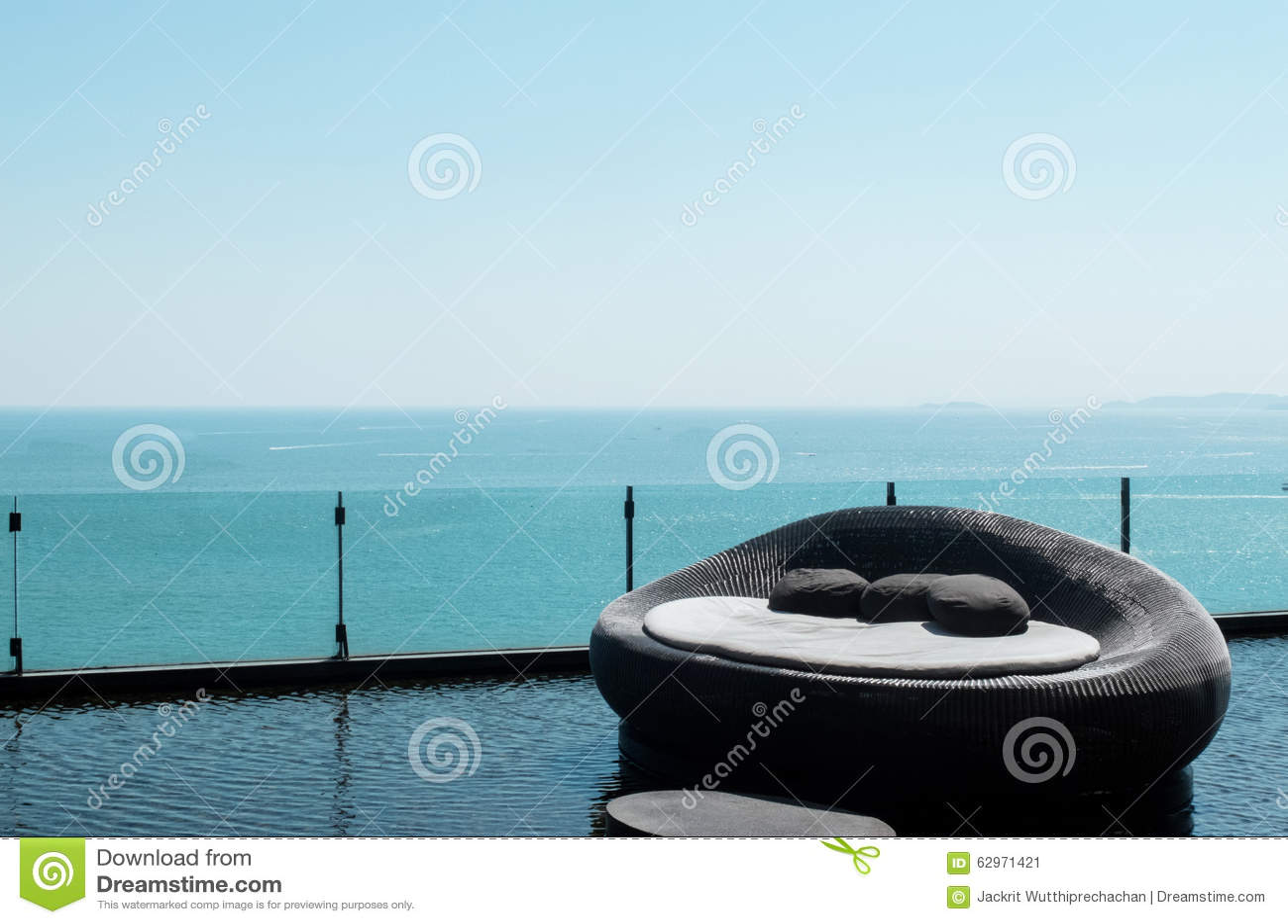 Sofa Bed luxuoso no canto direito com opinião bonita do mar da cena tranquilo em Pattaya, em Tailândia e no céu claro como Copysp