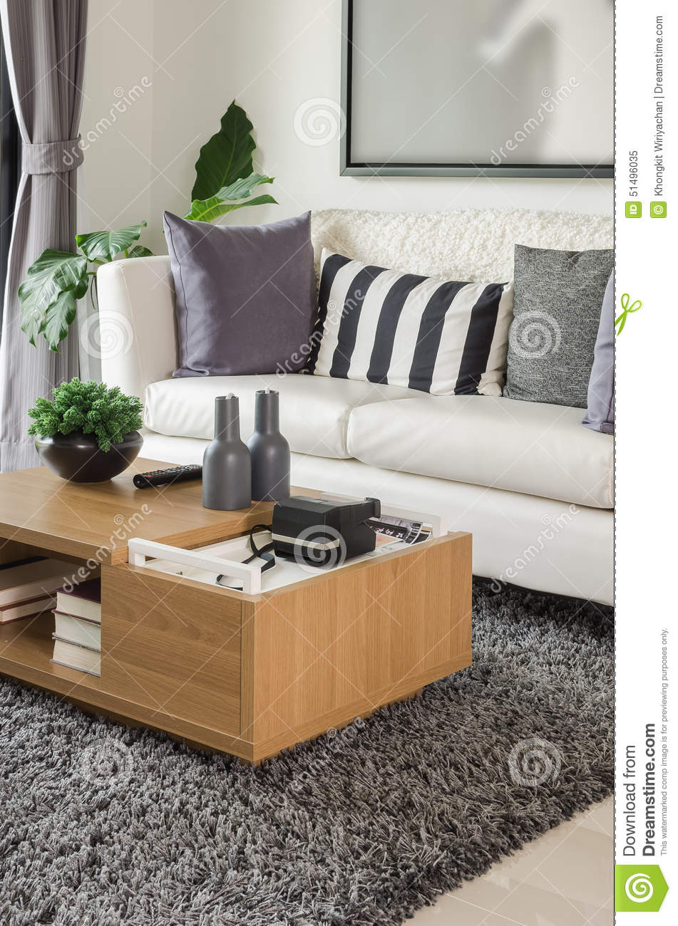 Sofa blanc avec la table en bois dans le salon moderne photo stock ...