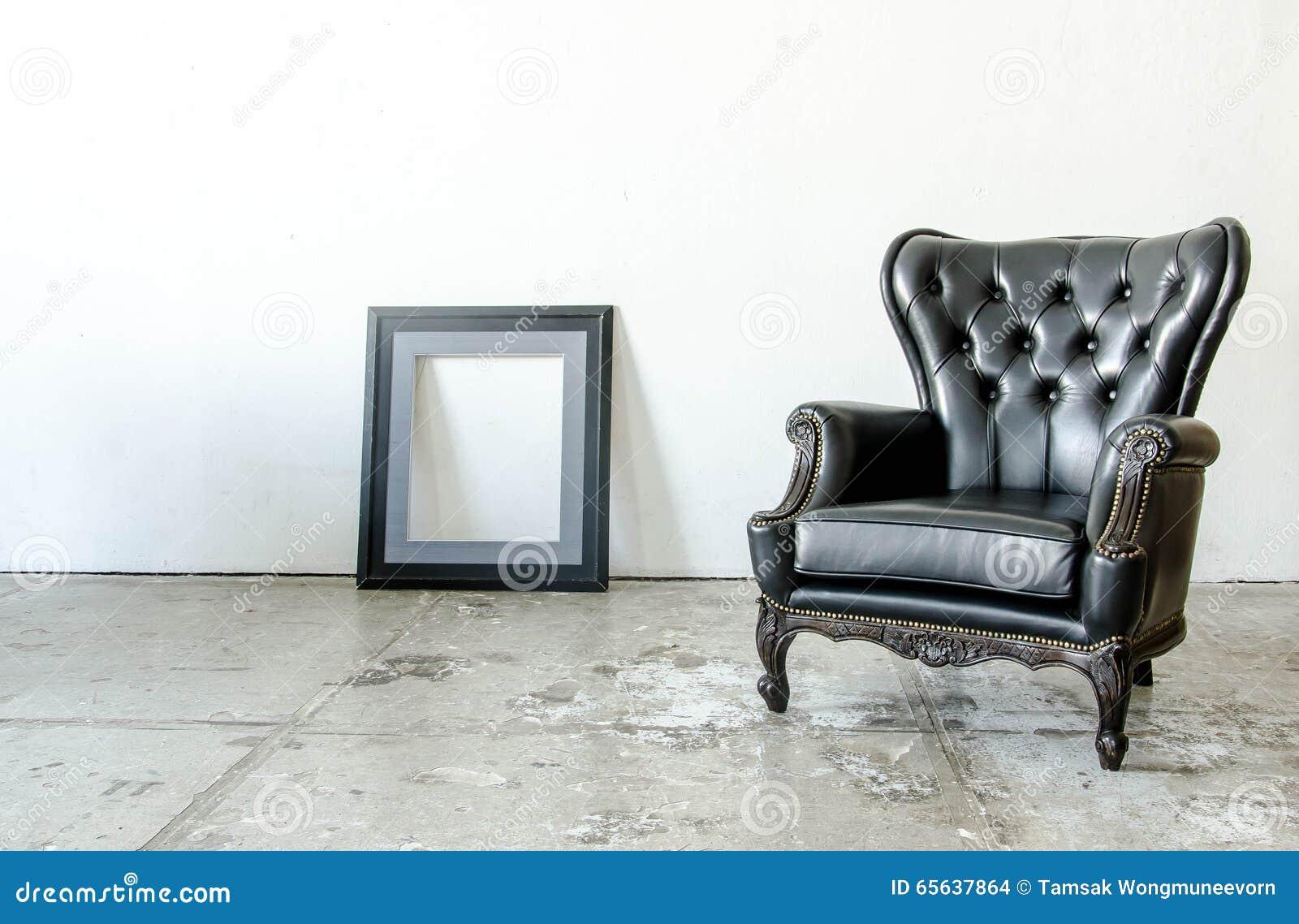 Sofa classique noir de style de cuir véritable dans la chambre de vintage