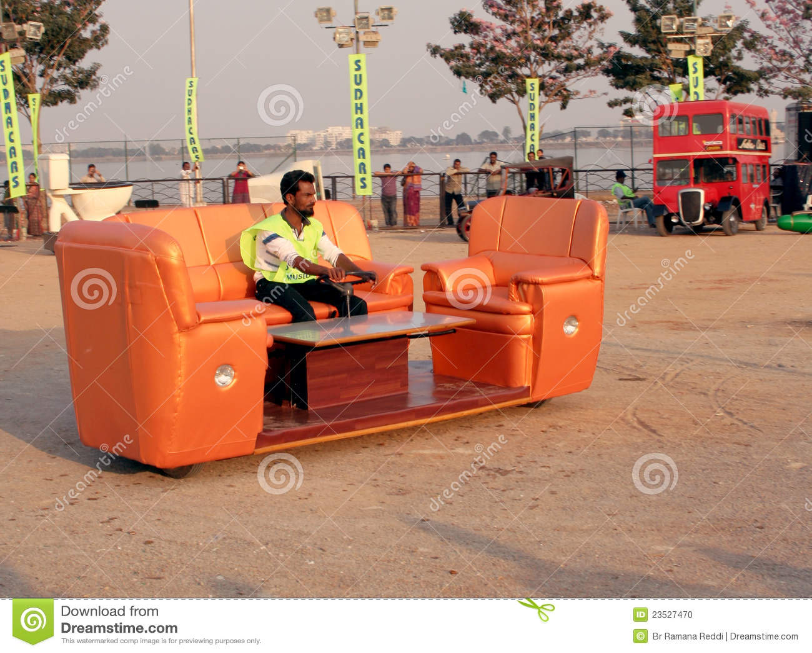 sofa gesetztes auto verr ckte autos redaktionelles bild bild 23527470. Black Bedroom Furniture Sets. Home Design Ideas