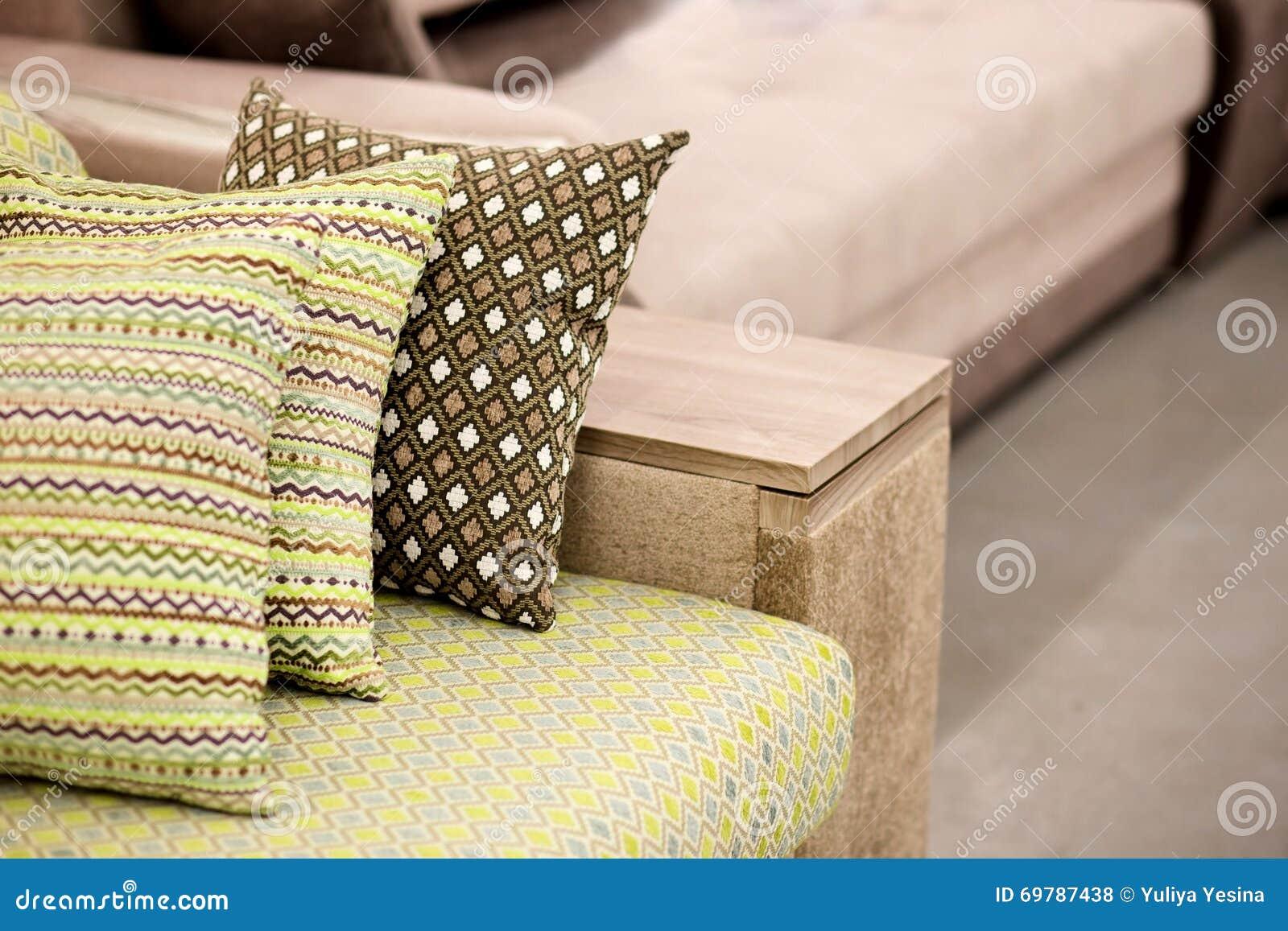 Sofa Mit Bunten Kissen Stockfoto Bild Von Haus Bequemlichkeit 69787438