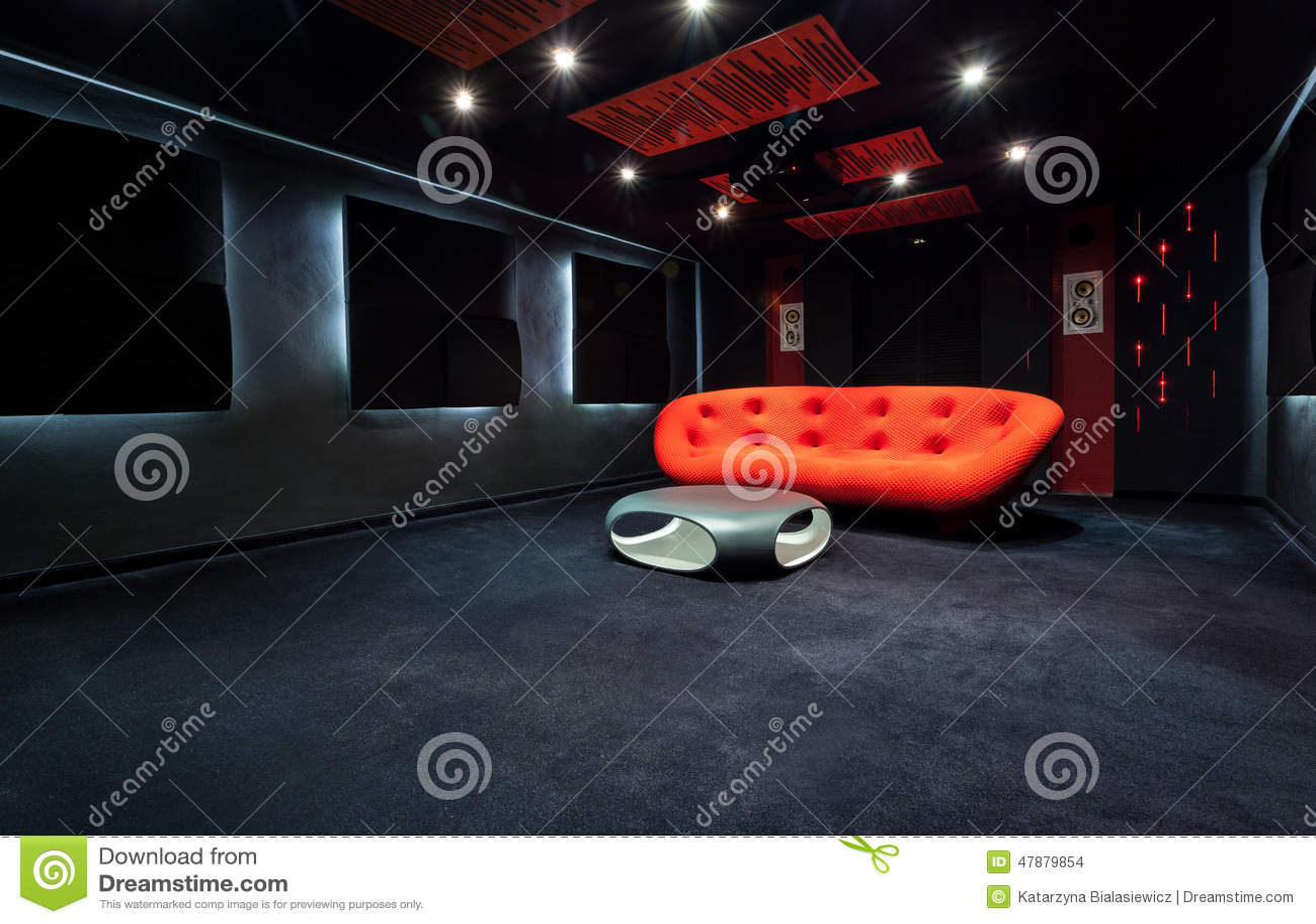 Sofa rouge dans la chambre noire photo stock   image: 47879854