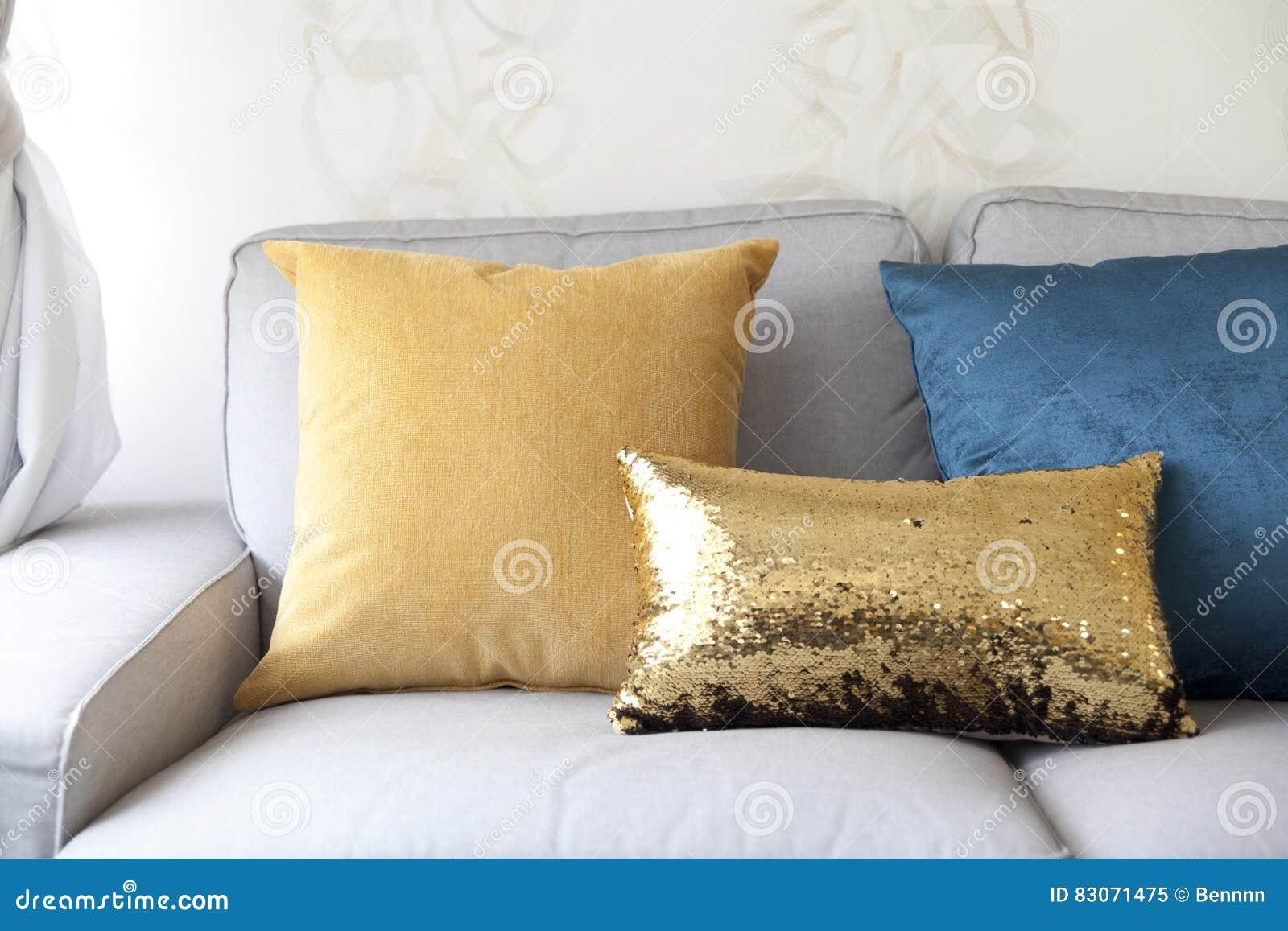 Fußboden Modern ~ Sofa und buntes kissen stockbild bild von fußboden modern