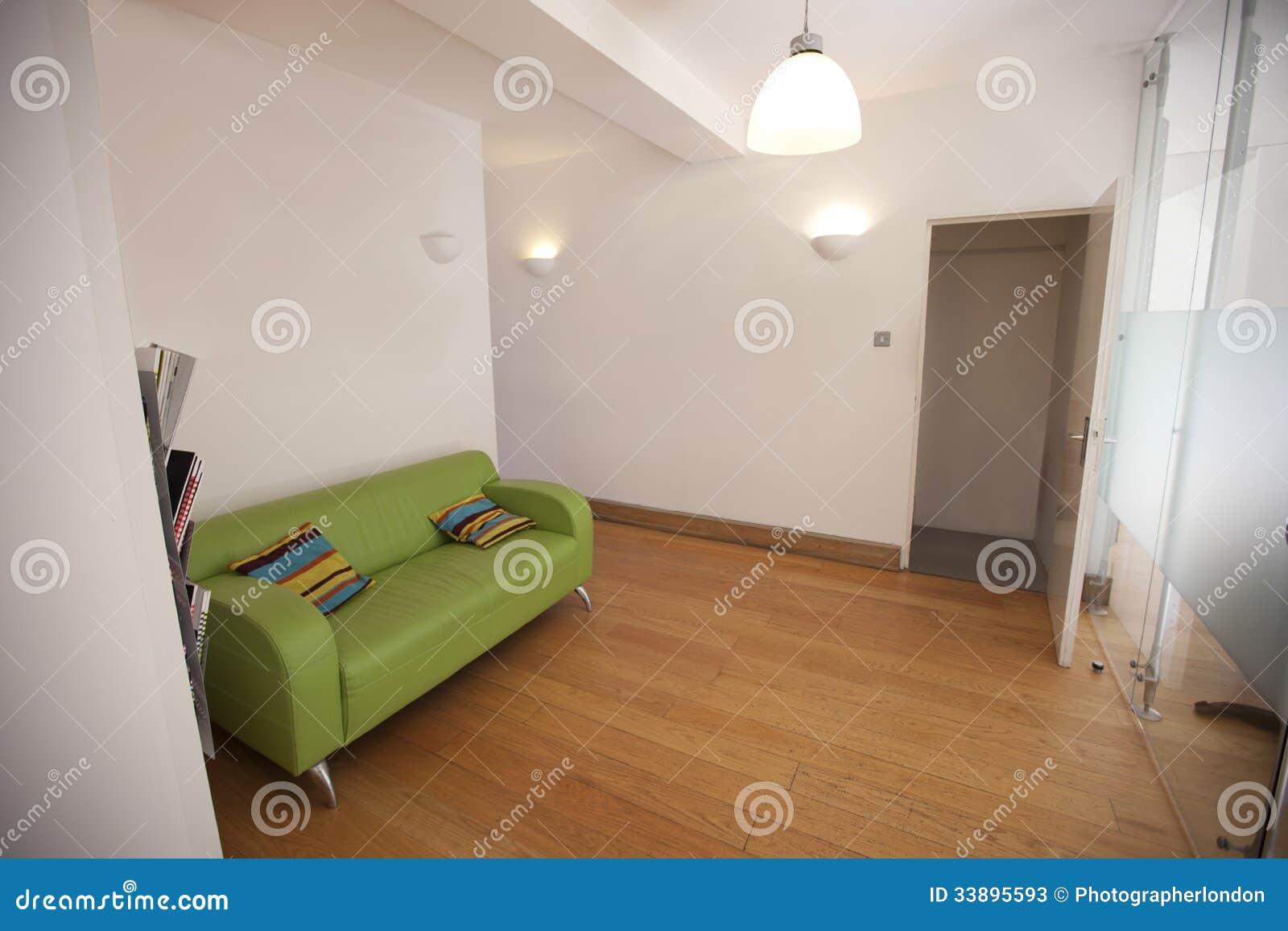 Sofa vert dans le bureau vide