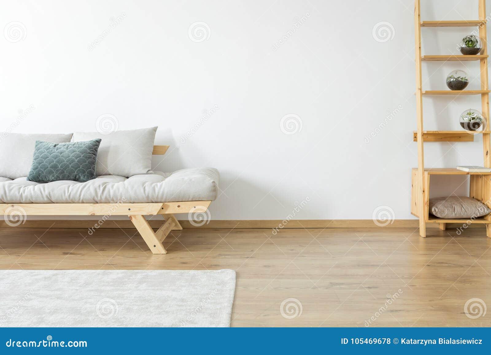Soffa i beige vardagsrum