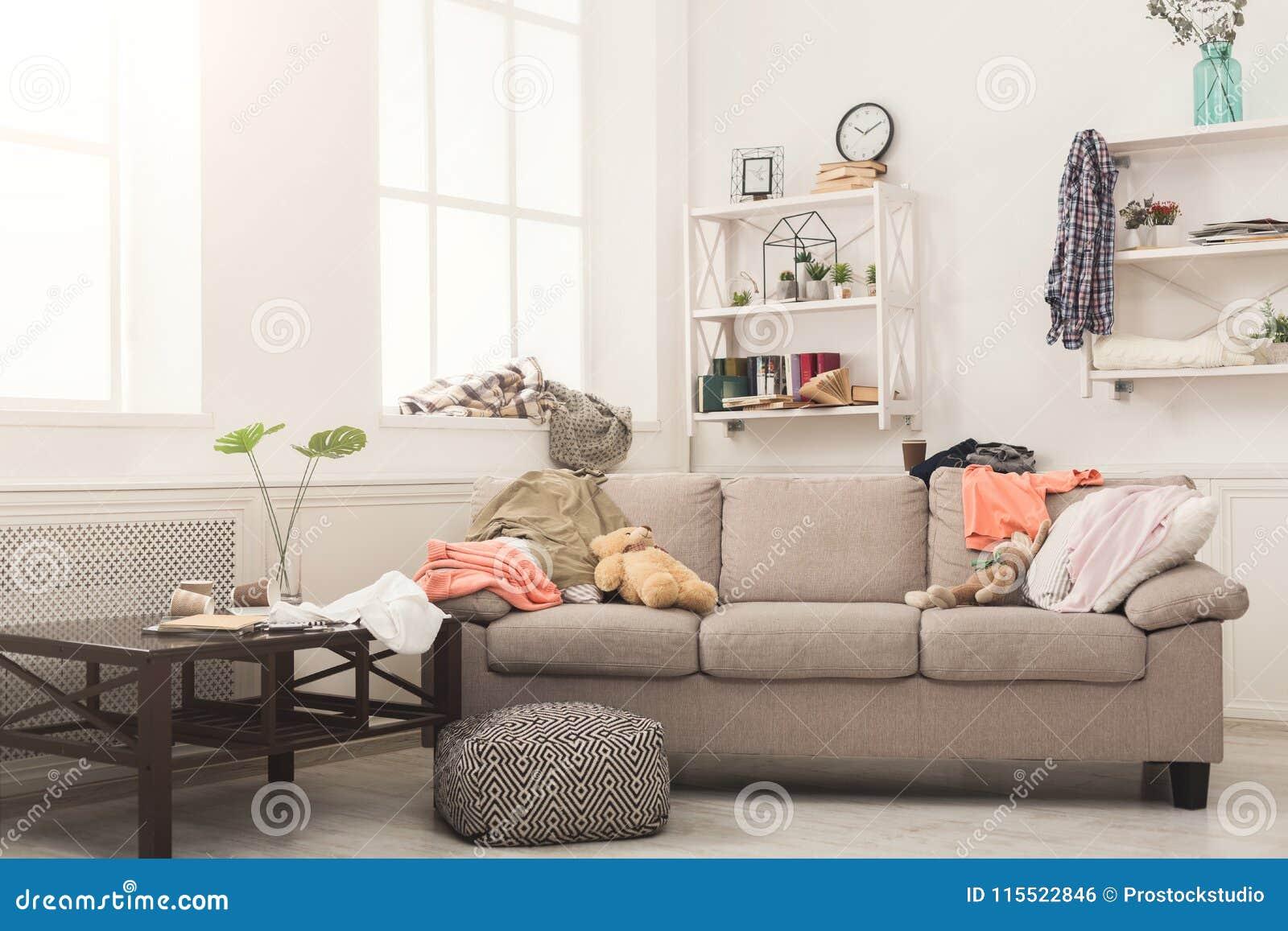 Soffa i smutsigt rum