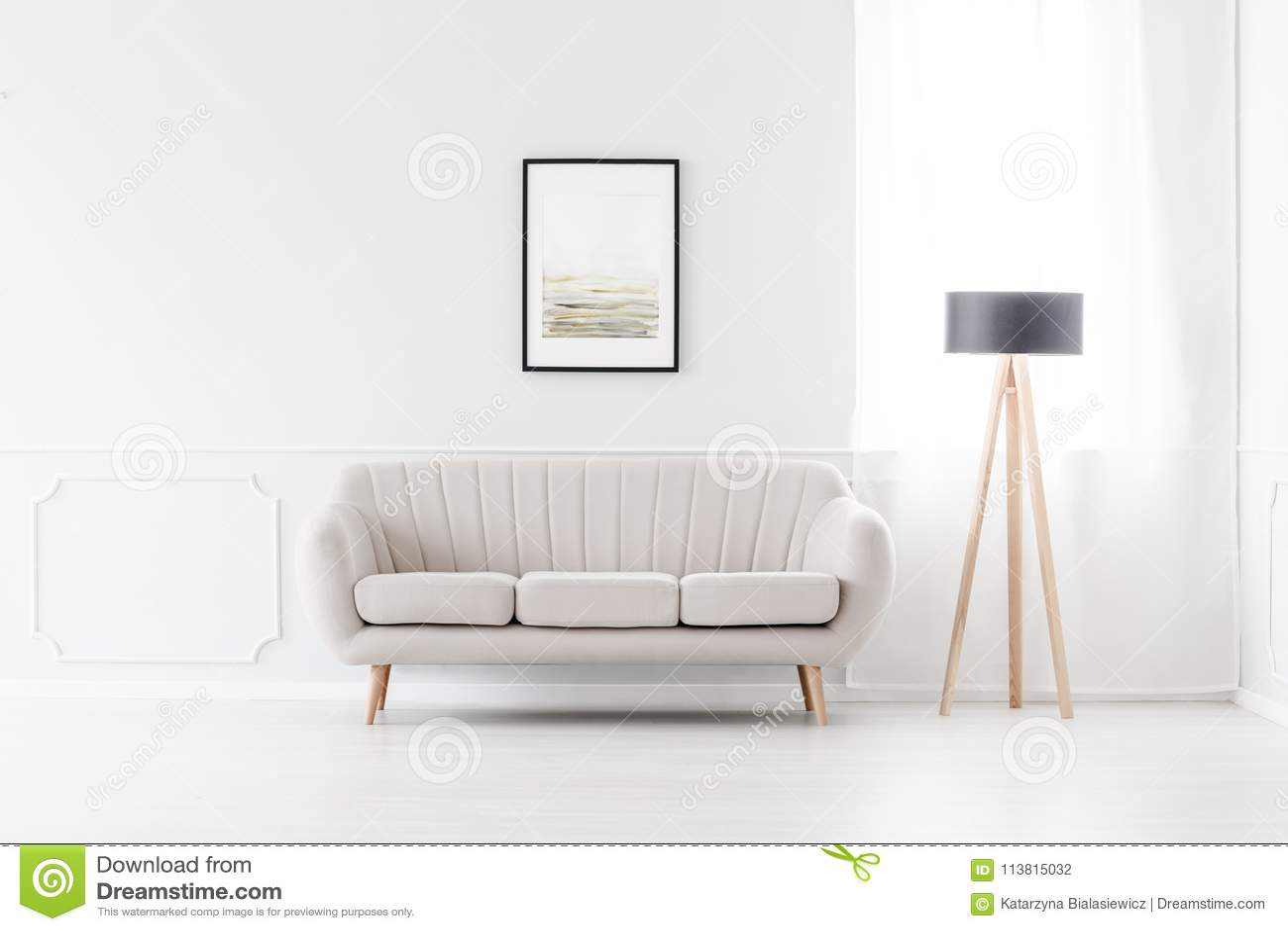 Soffa i tom vit inre