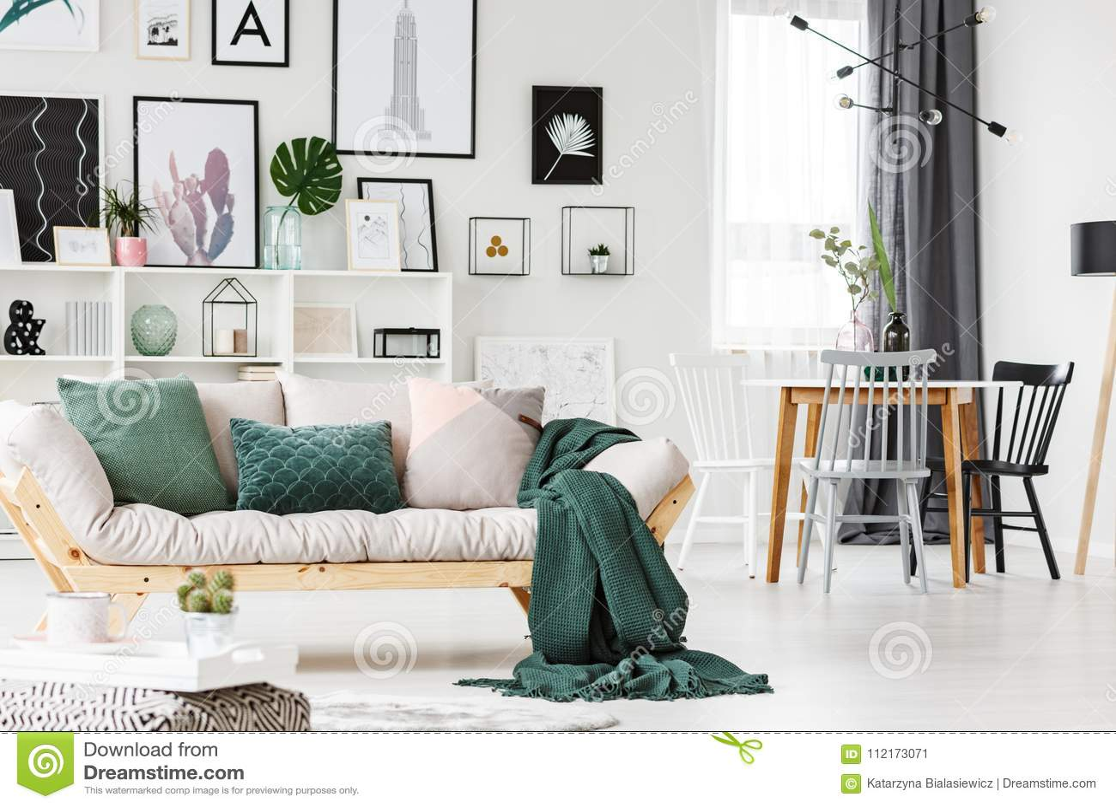 Soffa med kuddar och filten