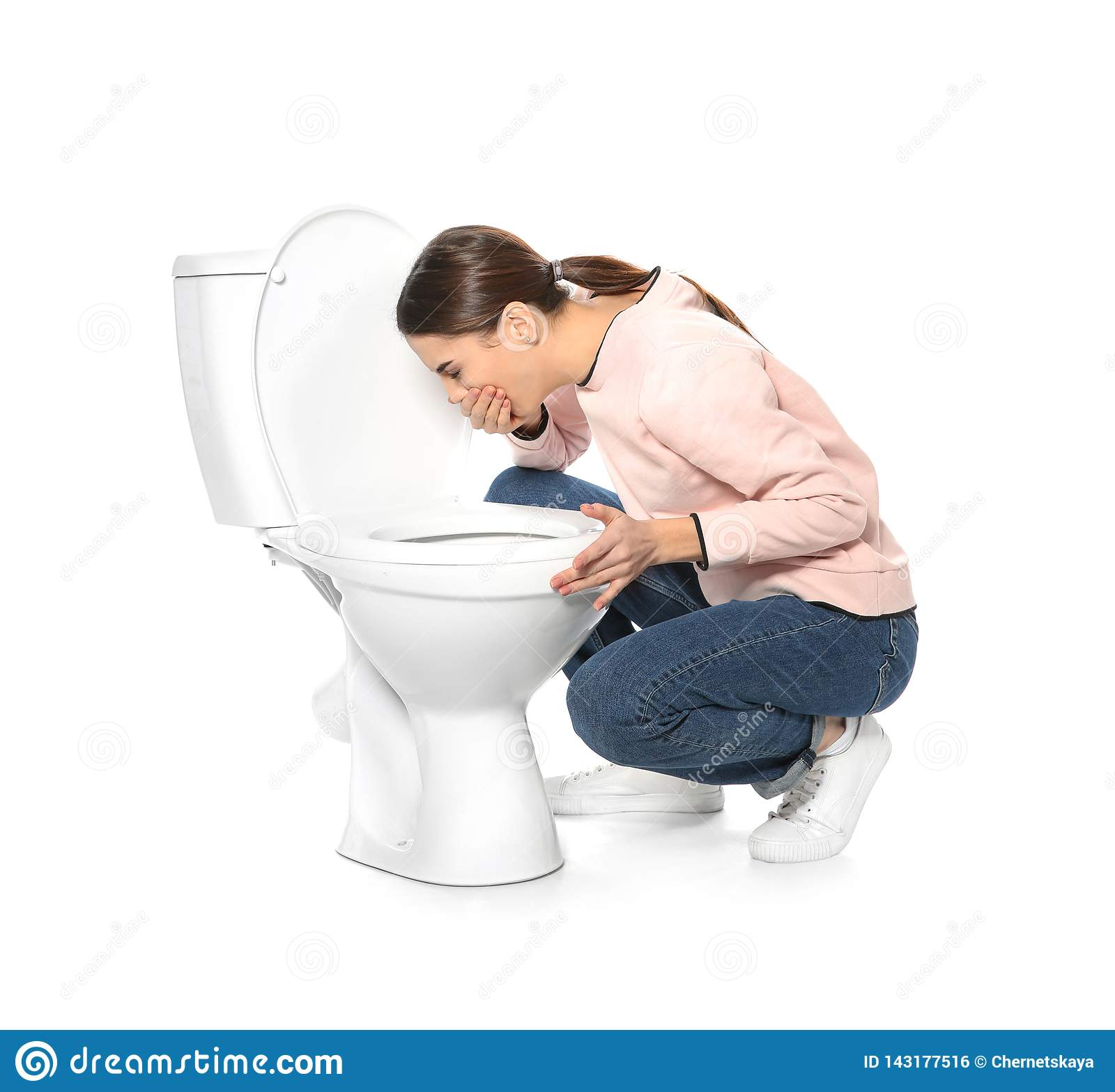 Sofferenza della giovane donna dalla nausea vicino alla ciotola di toilette
