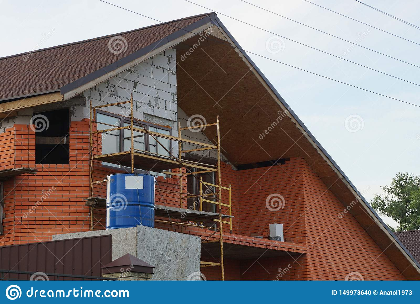 Soffitta di una casa non finita dei mattoni grigi e marroni