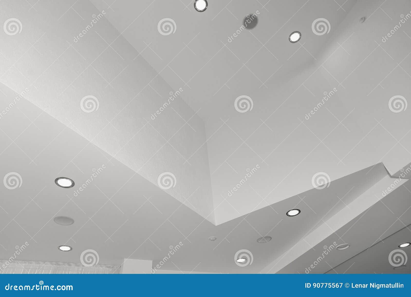 Soffitto e illuminazione dentro l edificio per uffici immagine