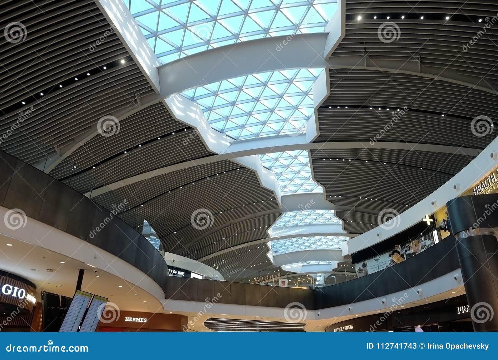 Soffitto futuristico all aeroporto fiumicino fotografia stock