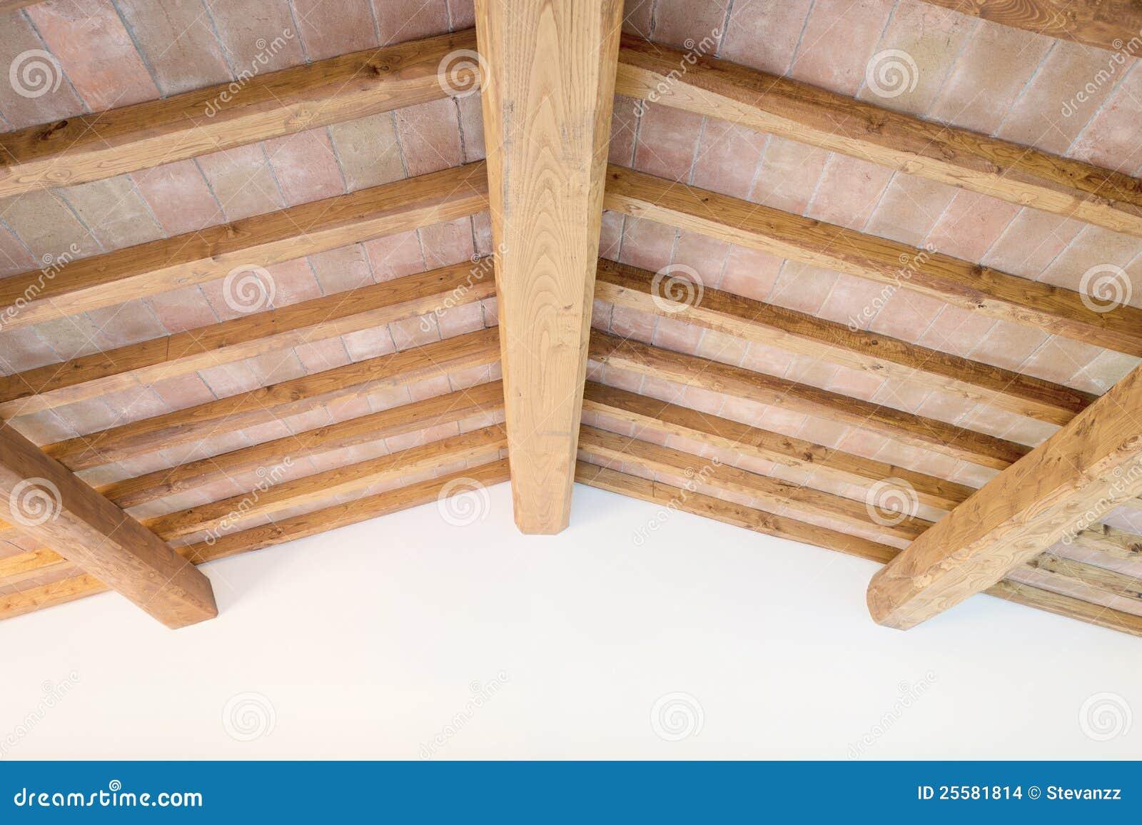 Soffitto toscano del fascio di legno mattoni rossi - Parete di legno ...