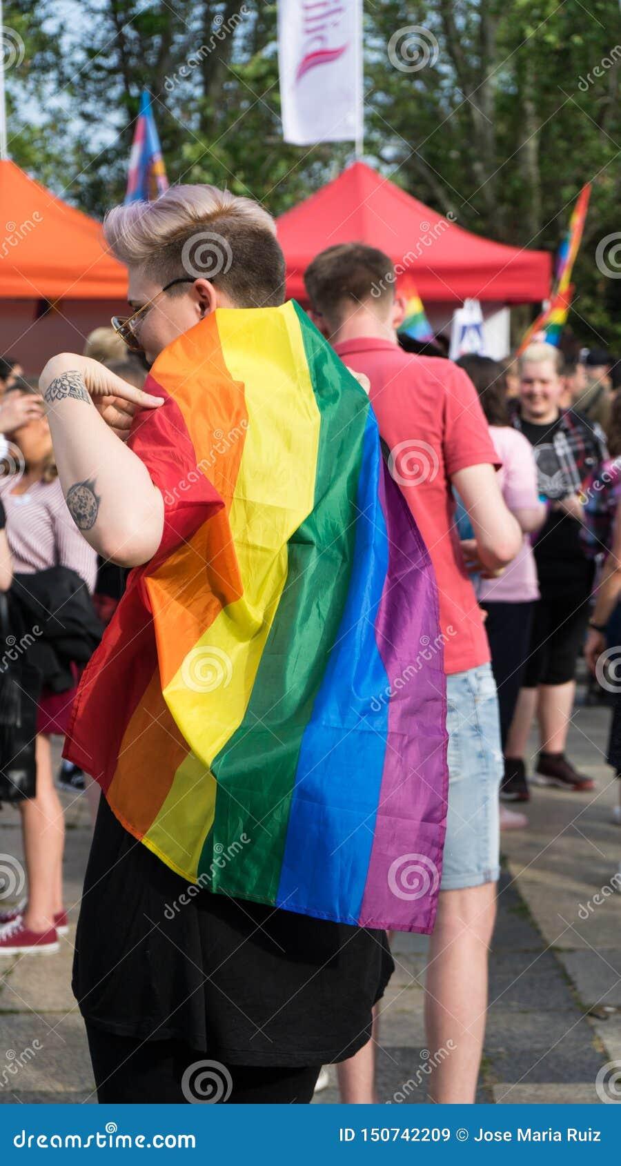 Sofia, Bułgaria/- 10 2019 Czerwiec: Dziewczyna z tęczy flagą w duma festiwalu Wydarzenia homoseksualista i lezbijka poparcie
