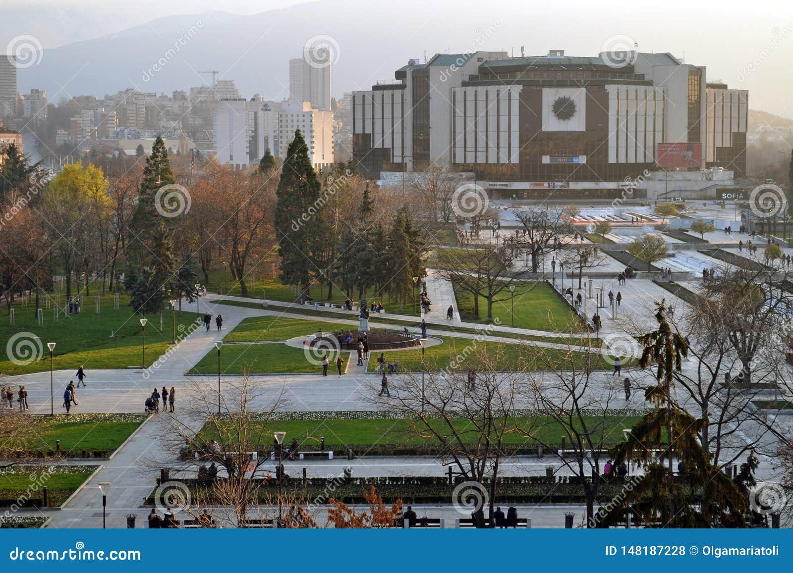 Sofia, Bułgaria, Listopad/- 2017: Balkonowy widok Krajowy pałac kultura NDK wielka, wielofunkcyjna konferencja,