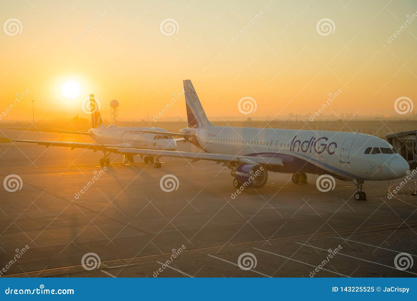 SOFIA BUŁGARIA, Marzec, -, 2019: Indygowi handlowi samoloty przy wschód słońca przy lotniskiem gotowym zdejmować Płascy lotów opó