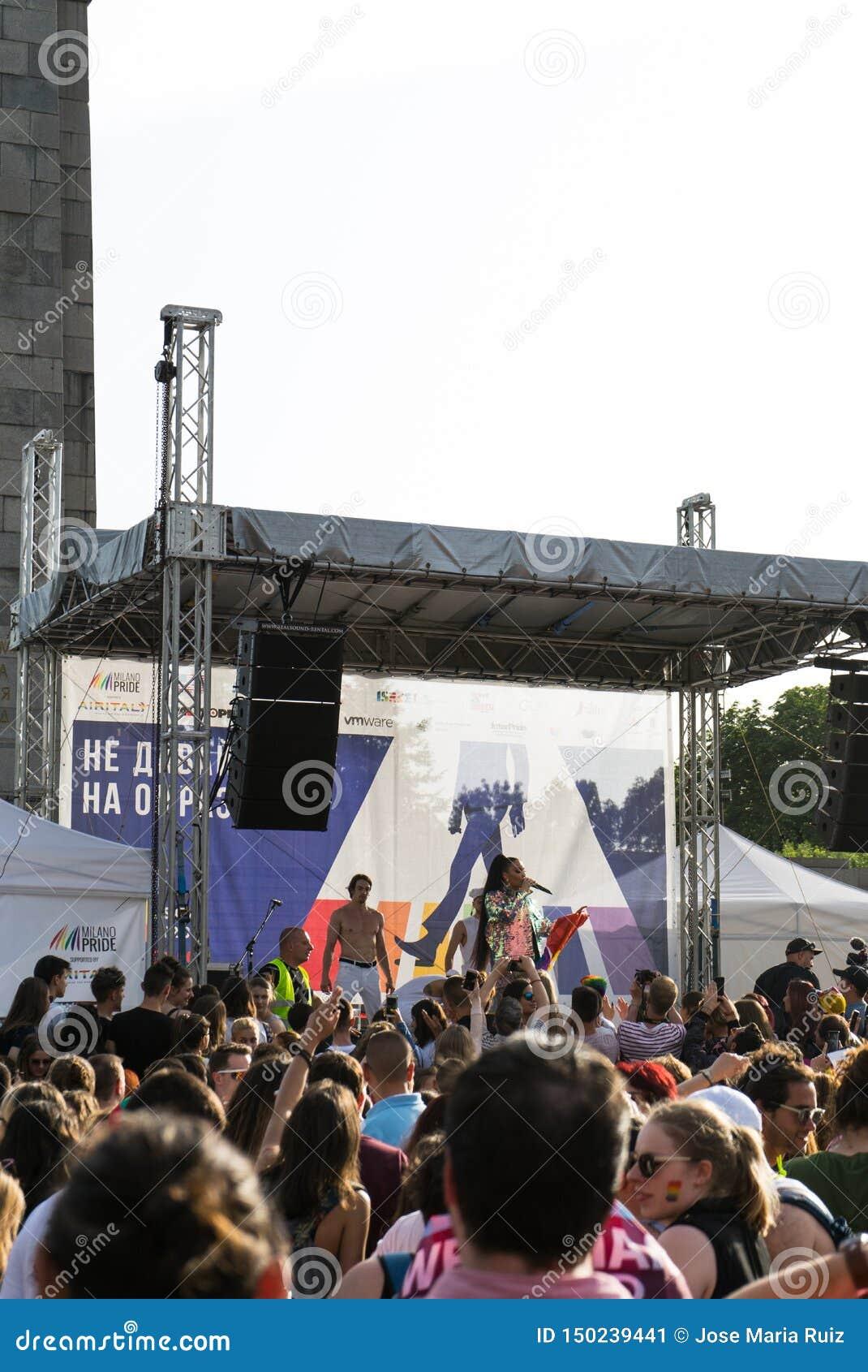 Sofia Bulgarien/Juni 10 2019: LGBT-stolthetfestival Konsert i stolthetpartiet i Sofia, Bulgarien med den bulgariska pop-folk diva