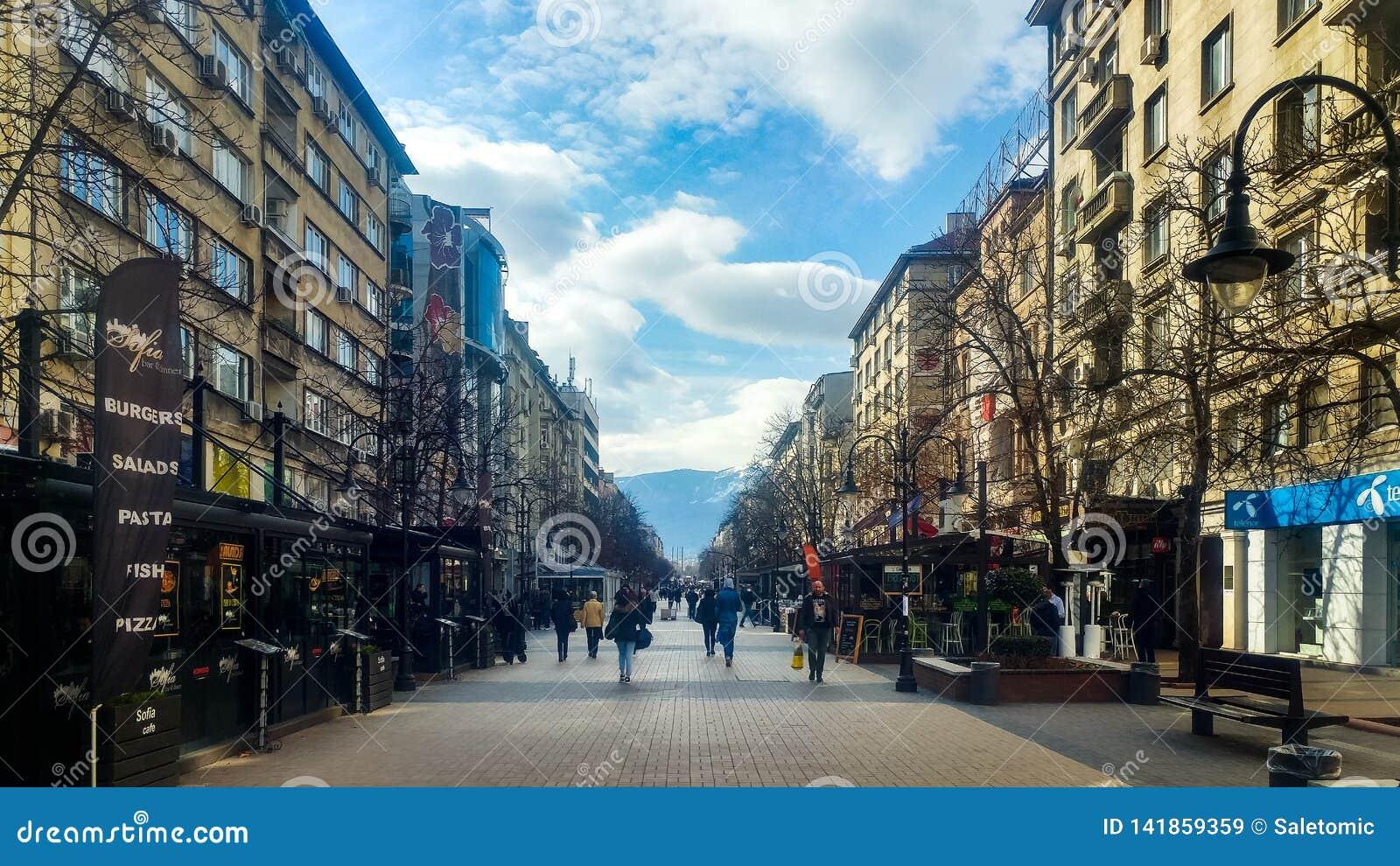 Sofia Bulgarien - mars 11, 2019: Sofia fot- gå gata på en solig dag