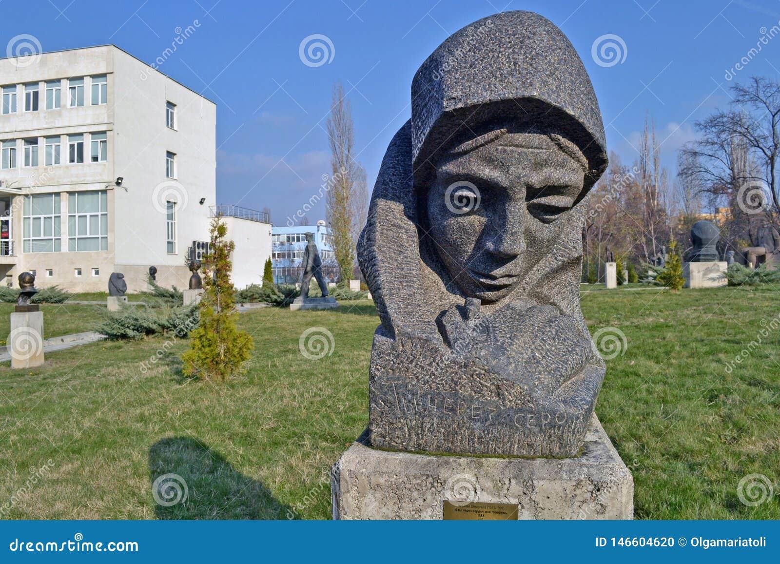 Sofia/Bulgarien - November 2017: Und Sie sprechen durch meine Herzstatue durch Nikolay Shmirgela am Museum von sozialistischen Kü