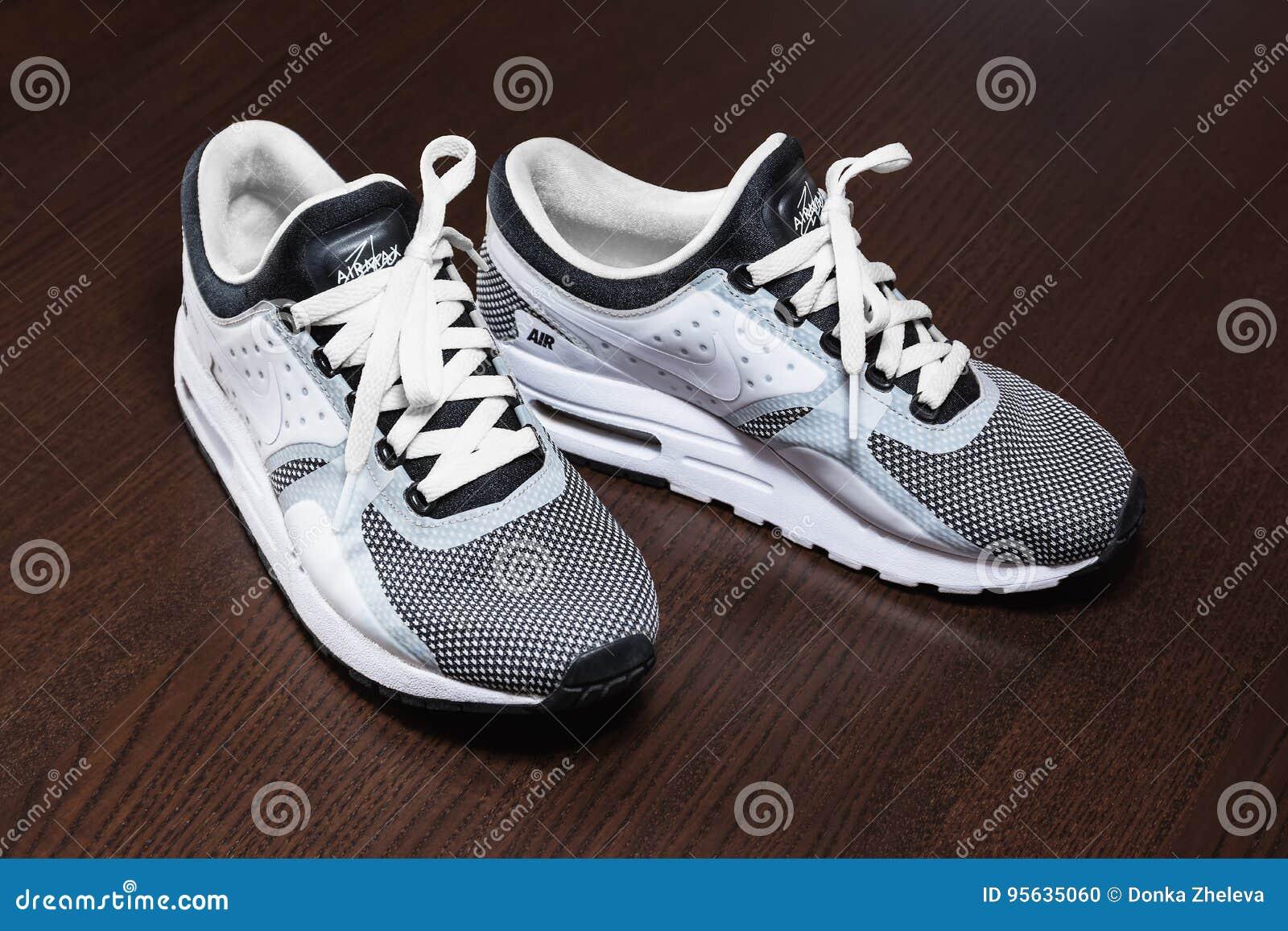 cheap for discount c8d25 36a20 SOFIA, BULGARIJE - JULI 1, 2017 De schoenen van Nike Air MAX Zero  Essential - tennisschoenen - trainers in zwart-wit op houten achtergrond  Nike is globale ...