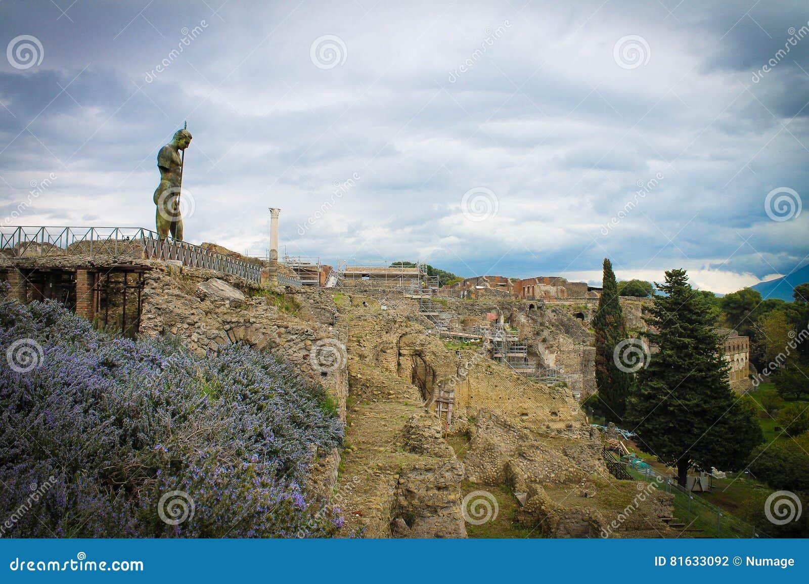 Sofrimento sobre ruínas de Pompeii, Itália da estátua do homem