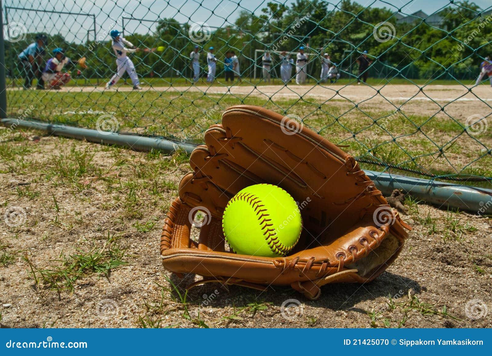 Softball und Handschuh